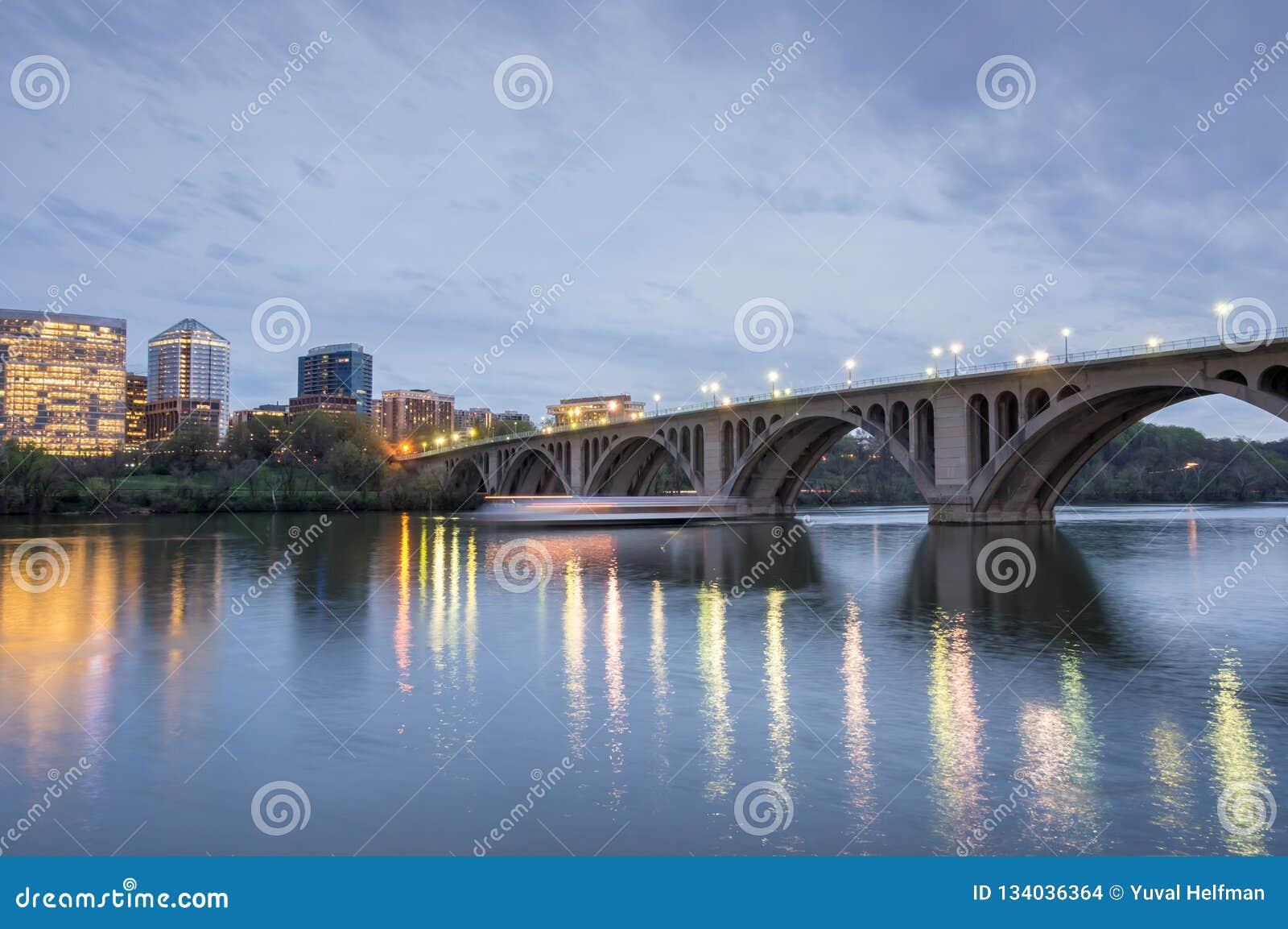 Crépuscule au-dessus du pont principal Tir de Georgetown dans le Washington DC regardant vers Rosslyn, la Virginie