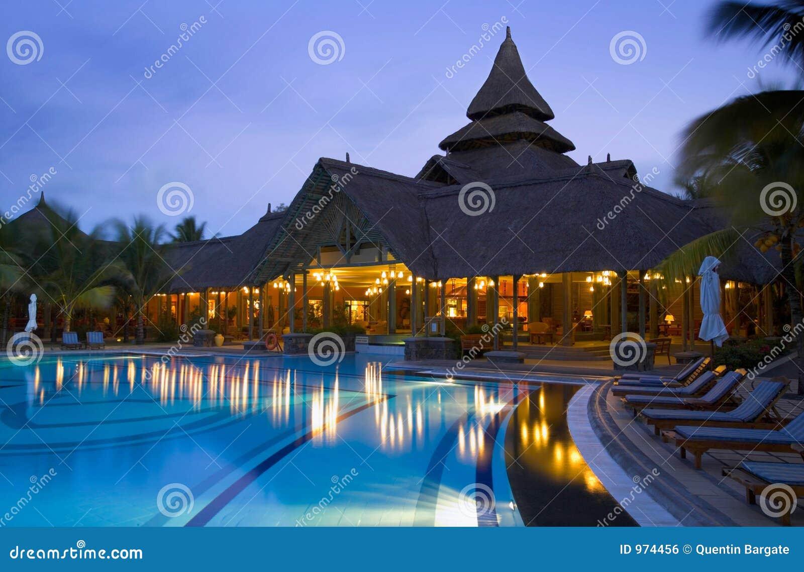 Crépuscule au poolside d un hôtel de luxe