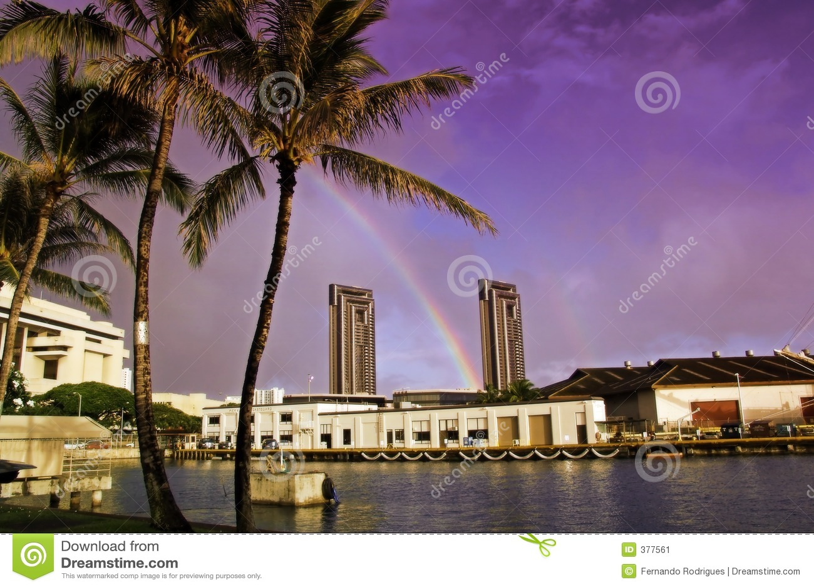 Crépuscule coloré à un port de Hawaiin