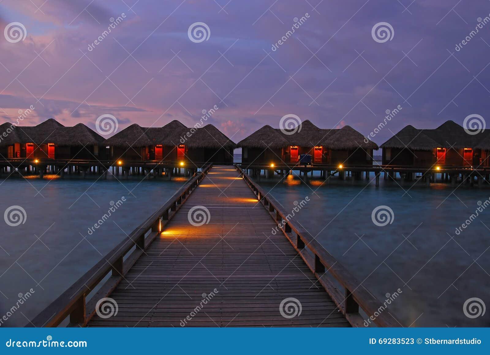 Crépuscule spectaculaire dans une des îles chez les Maldives