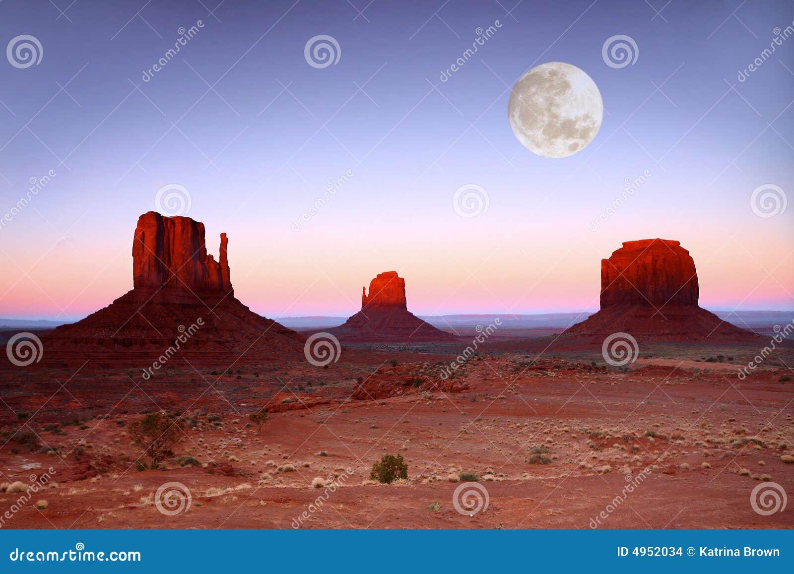 Crépuscule sur les buttes en vallée Arizona de monument