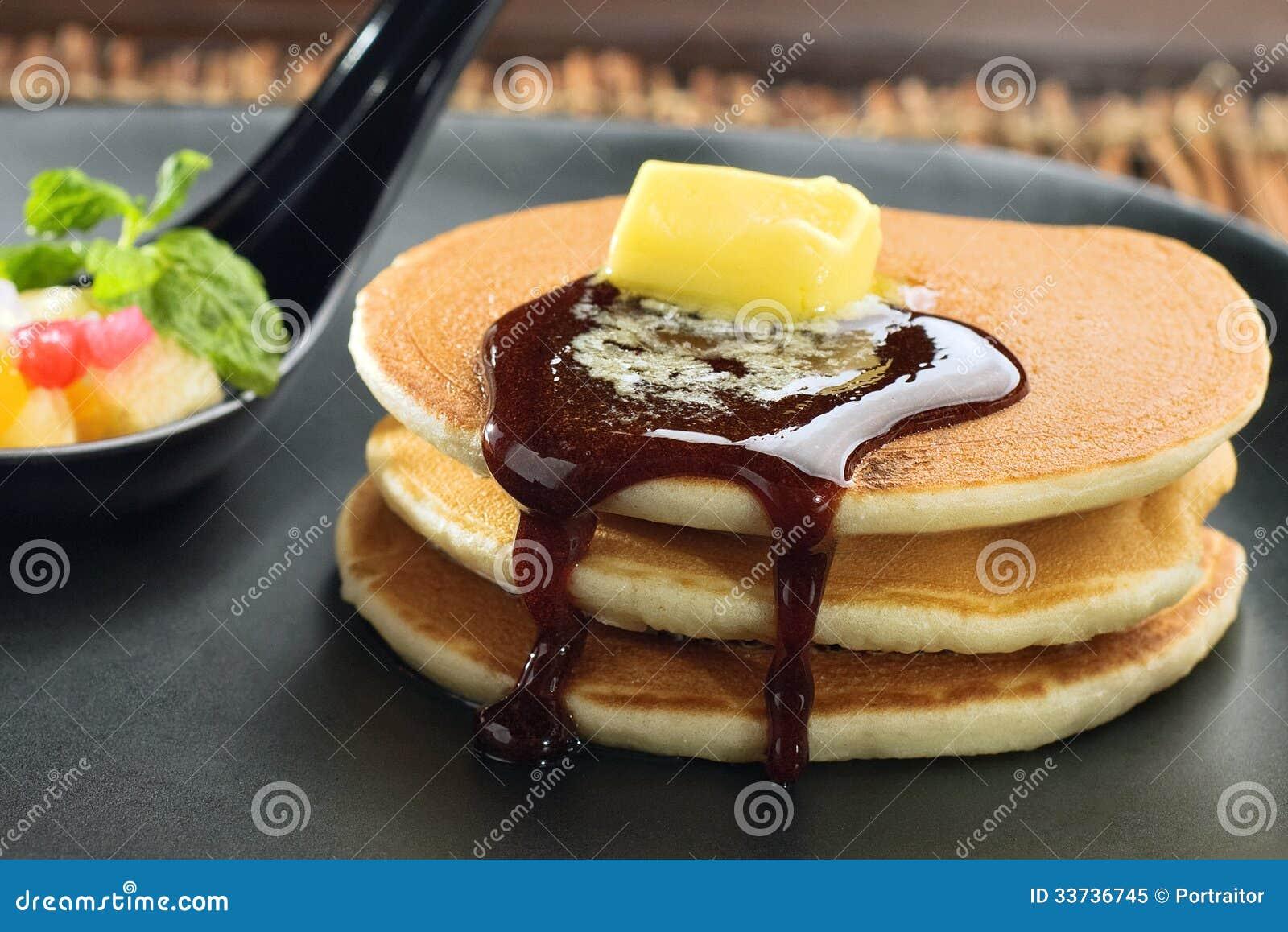 Crêpe avec du miel et le beurre