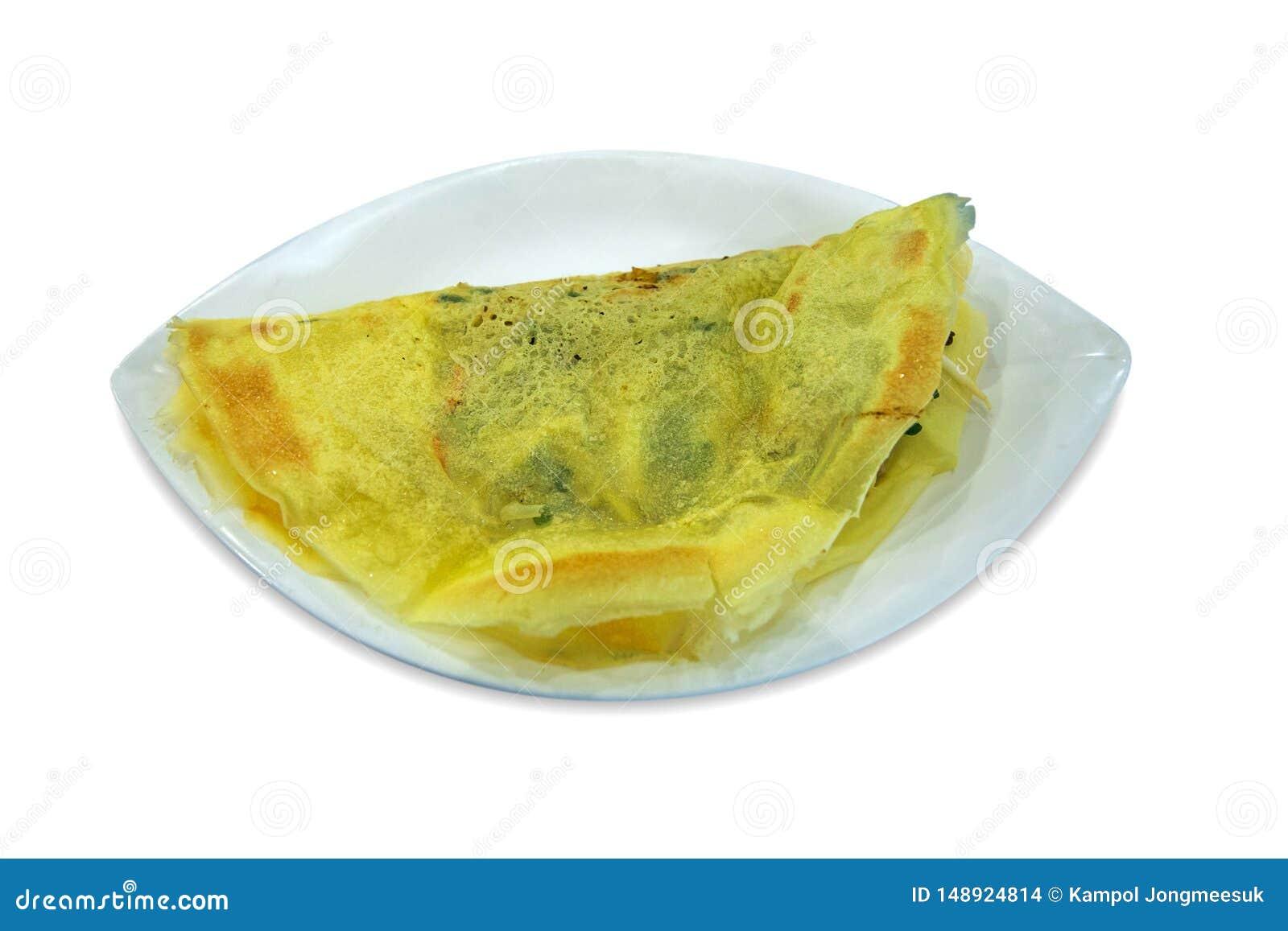 Crêpe croustillante bourrée vietnamienne d omelette découpée avec des matrices, blanc d isolement