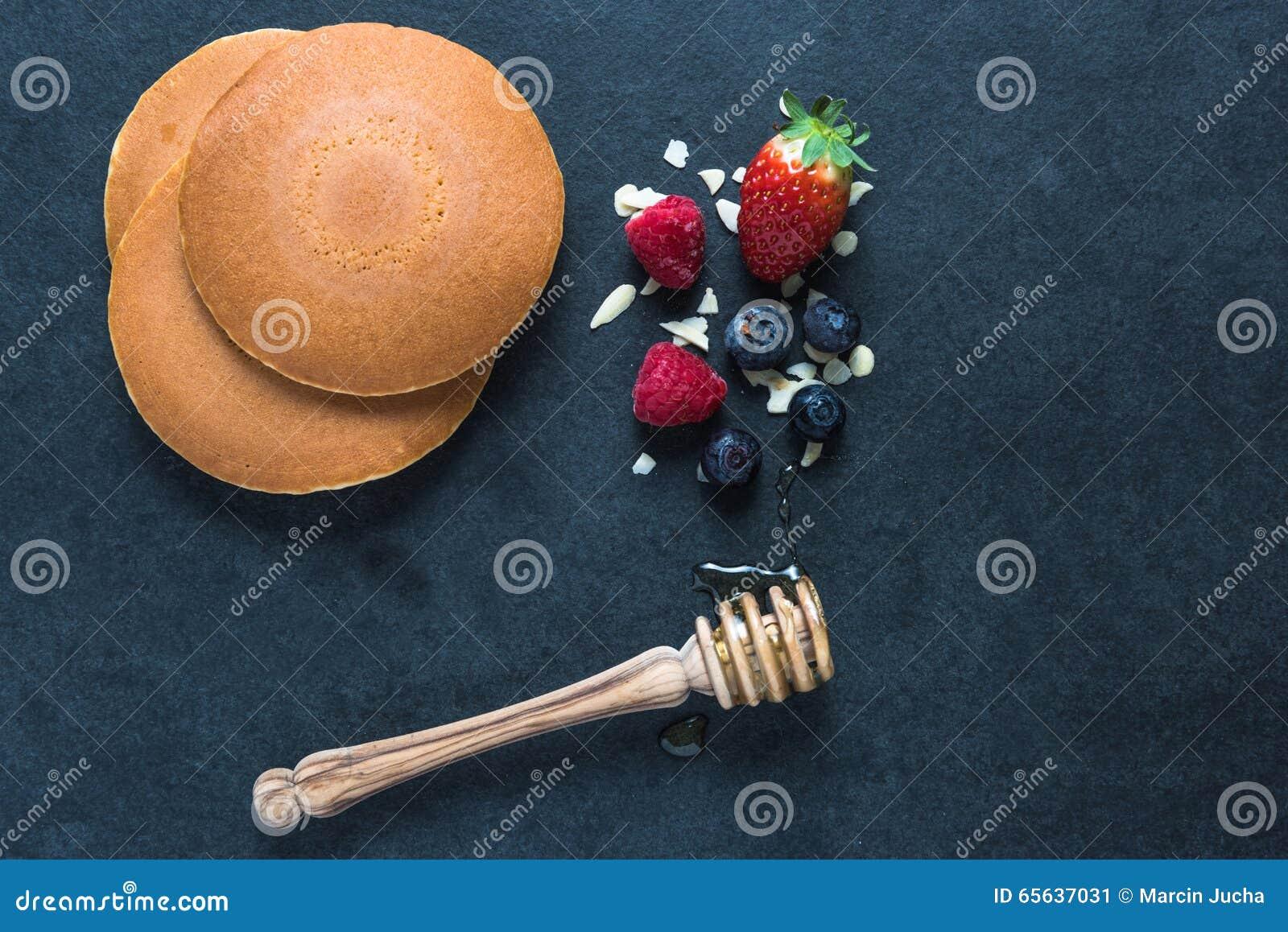 Crêpes avec les fruits et le miel