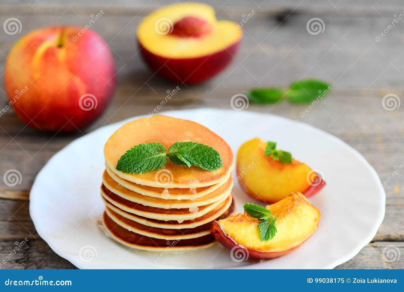Crepes De Base Avec Le Sirop Et Les Nectarines Grillees D Un Plat De