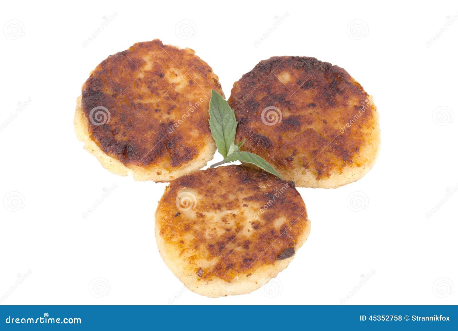 Crêpes de fromage avec la menthe d isolement sur le fond blanc