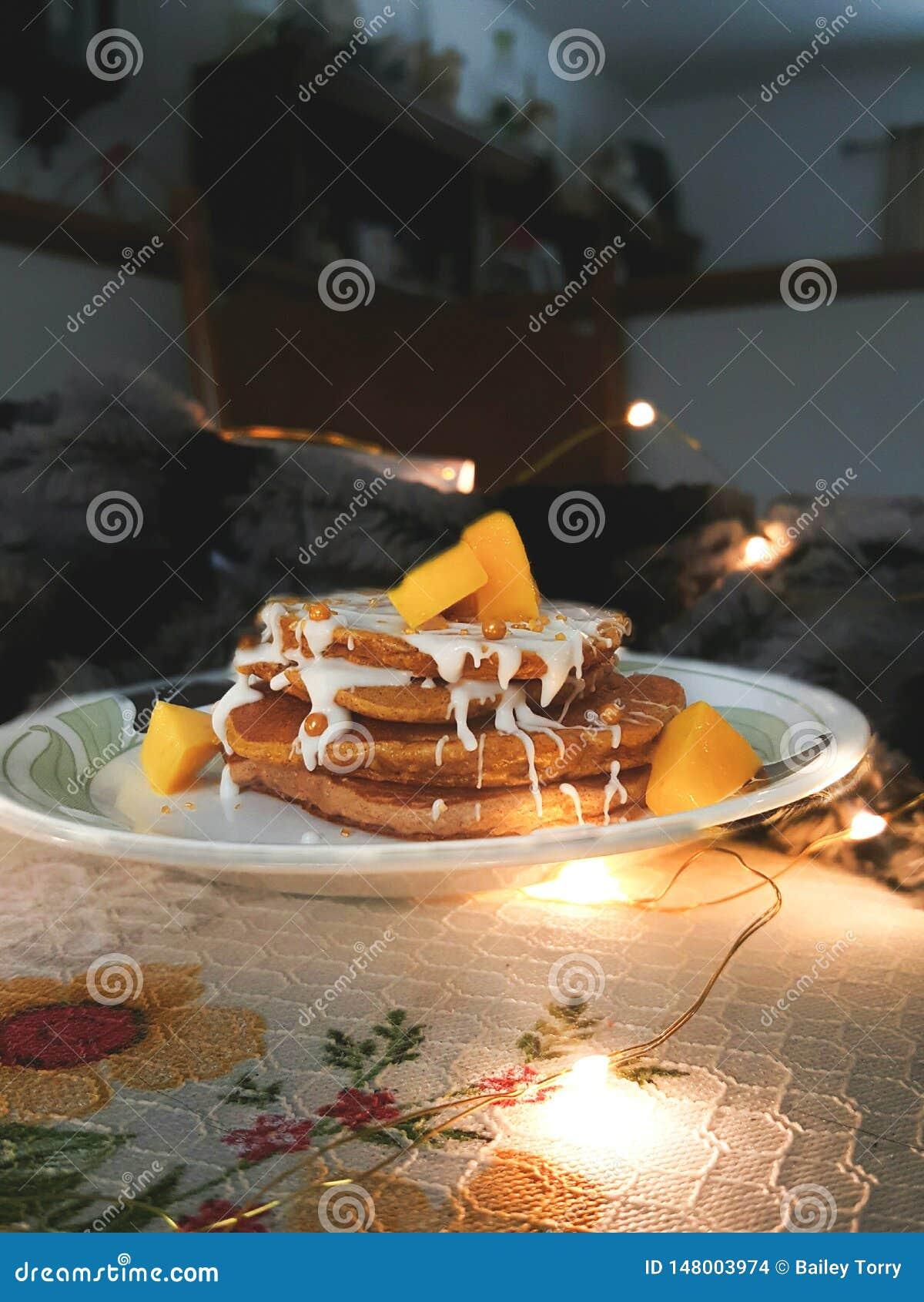Crêpes de mangue de Vegan avec des lumières