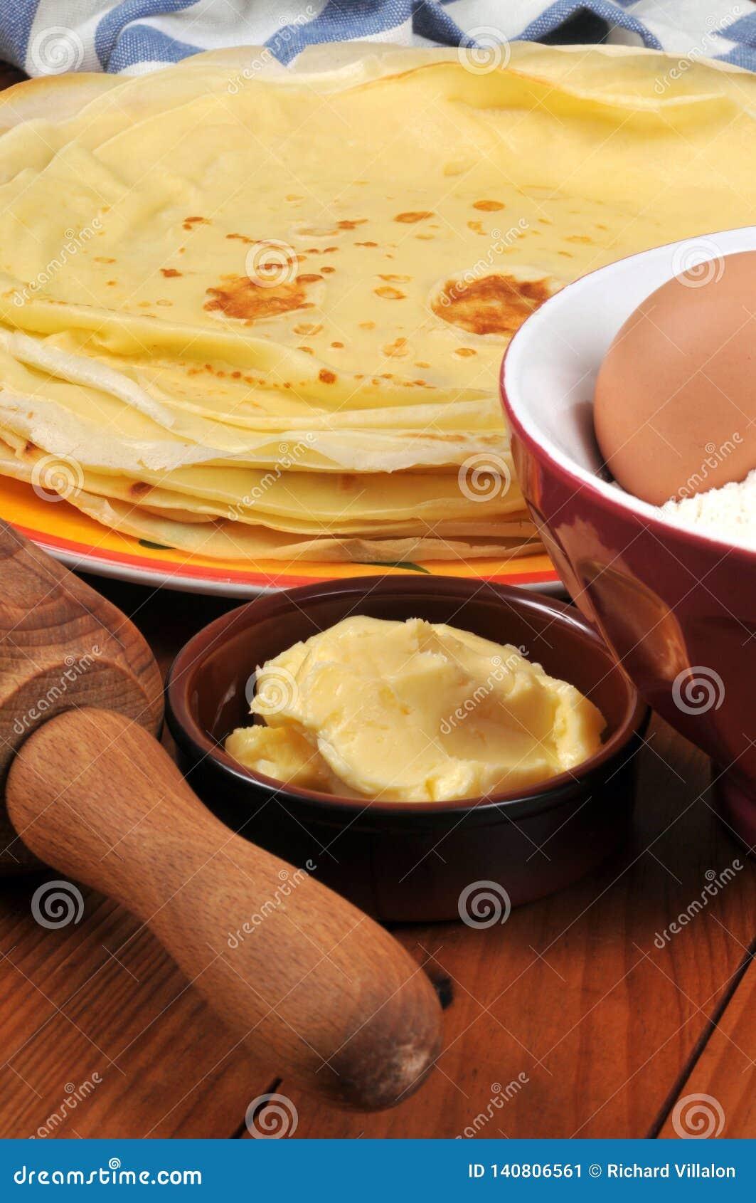 Crêpes et beurre dans un ramekin