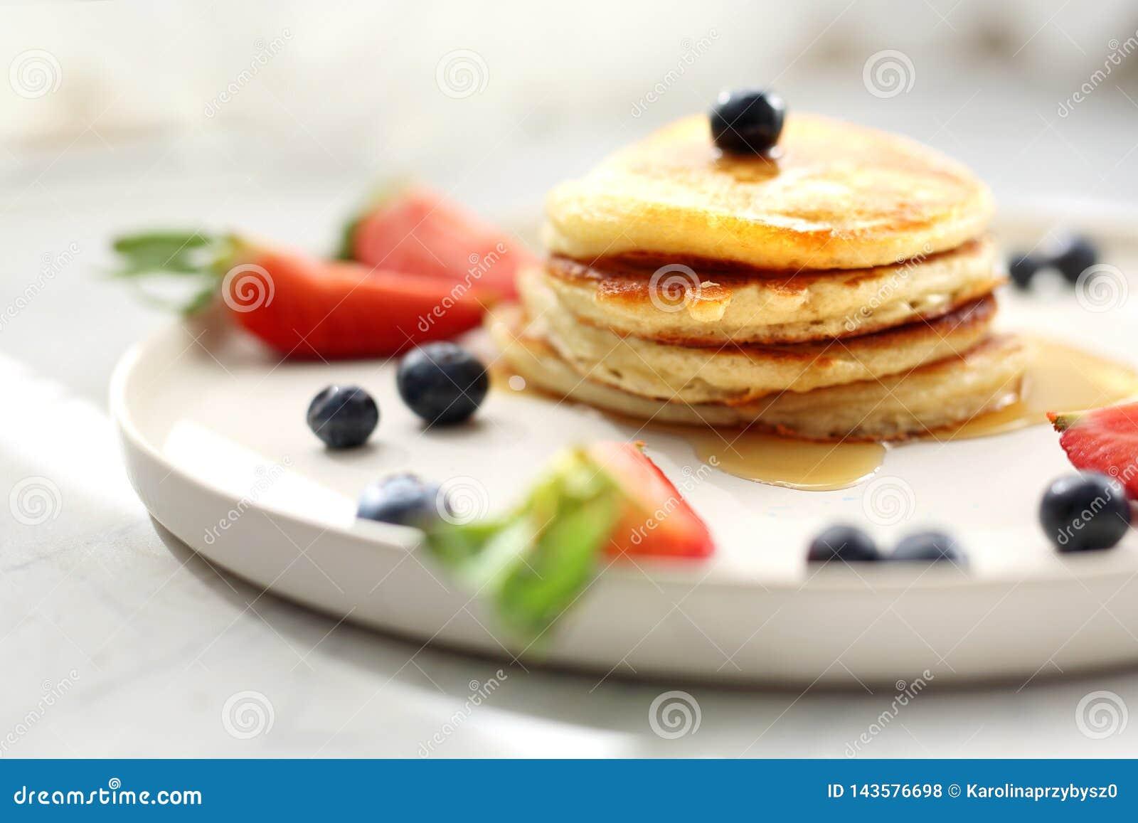 Crêpes faites maison avec des fraises, des myrtilles et le sirop d érable Déjeuner doux