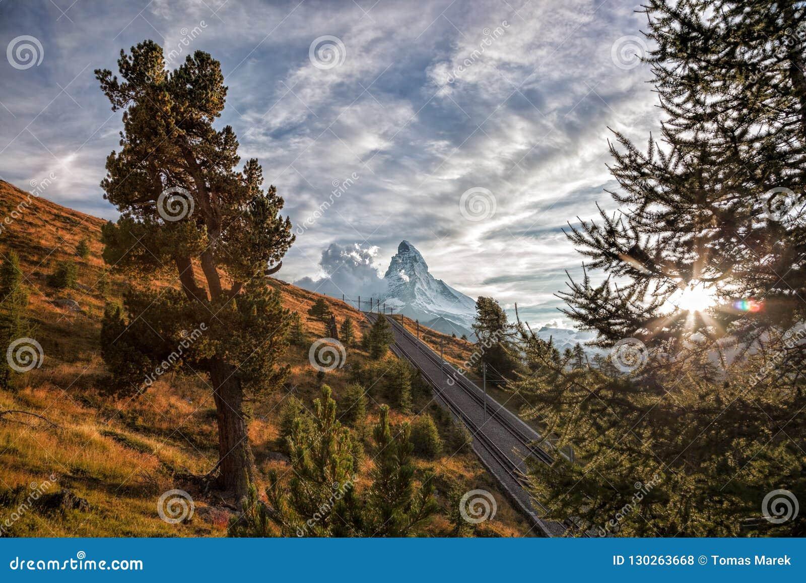 Crête de Matterhorn avec le chemin de fer avec le coucher du soleil dans les Alpes suisses, Suisse