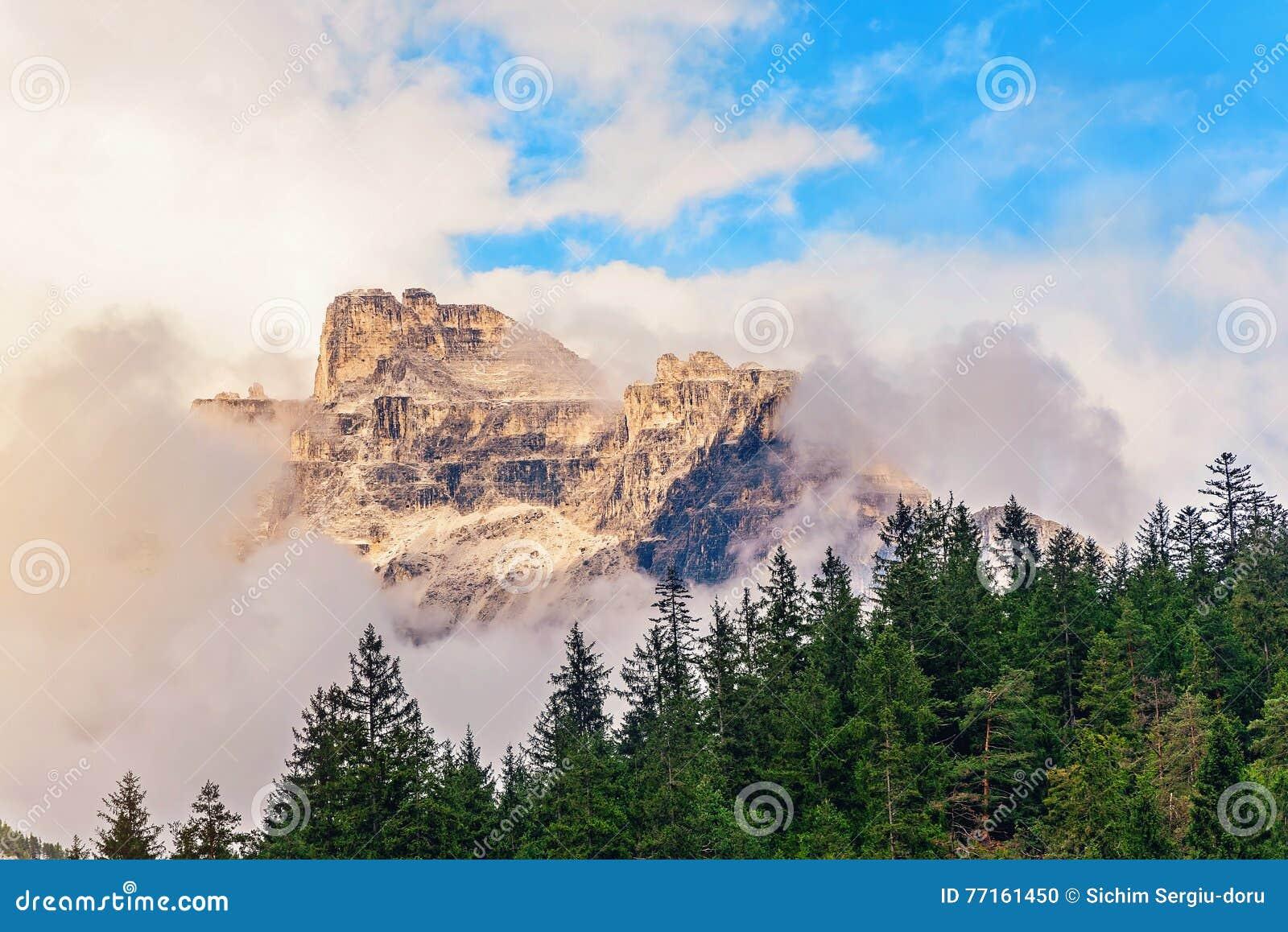 Crête de montagne dans les nuages en Italie