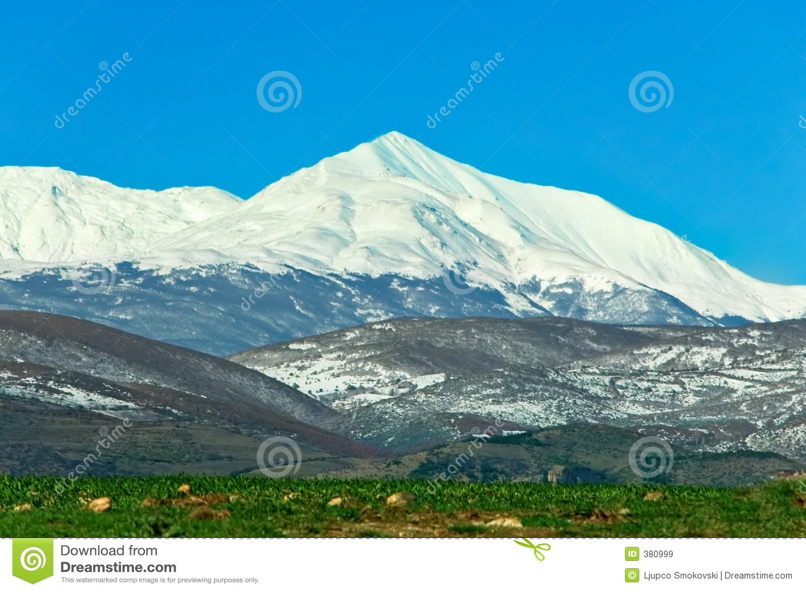 Crête de montagne sous la neige