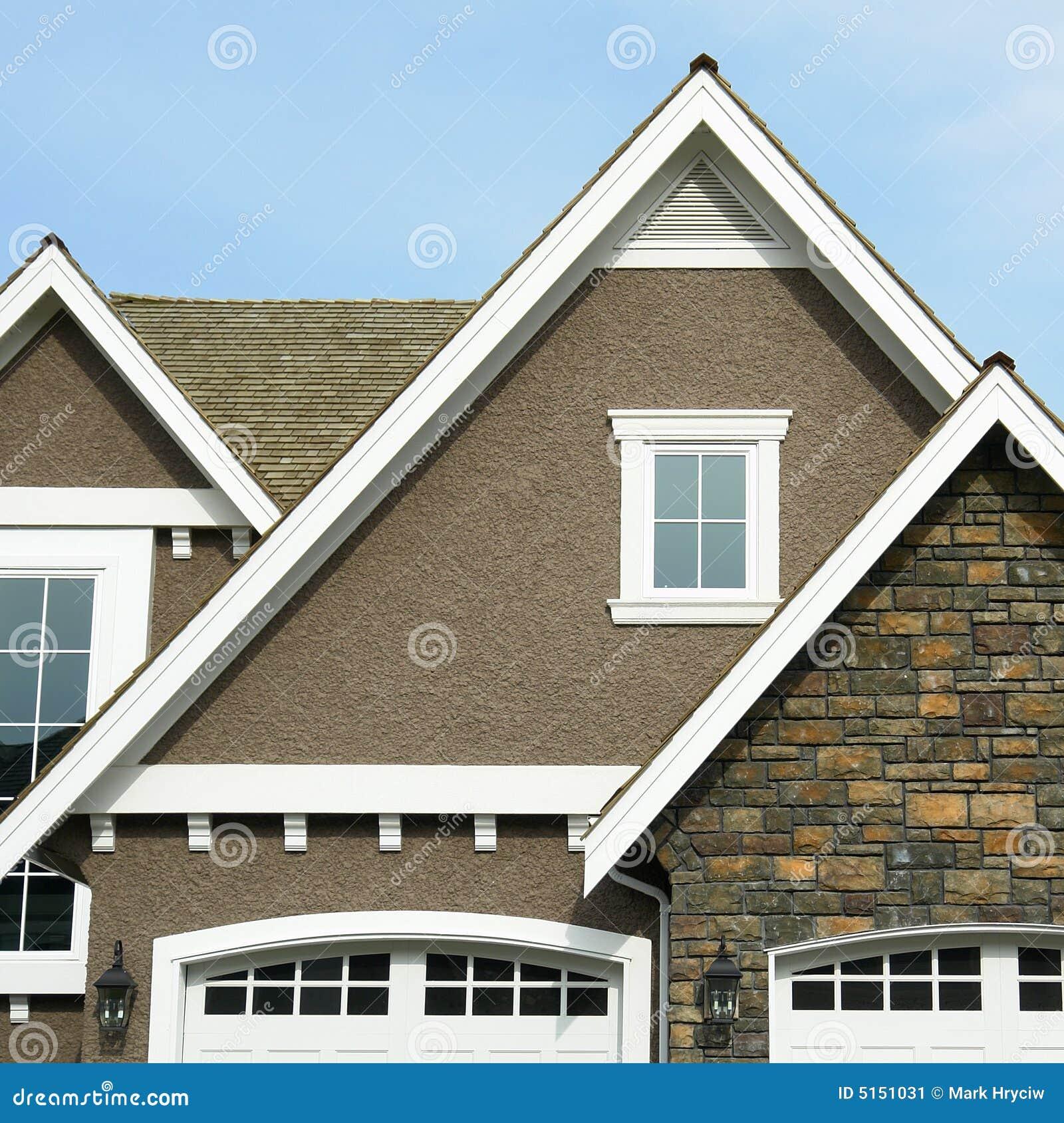 Crête extérieure à la maison de toit de Chambre