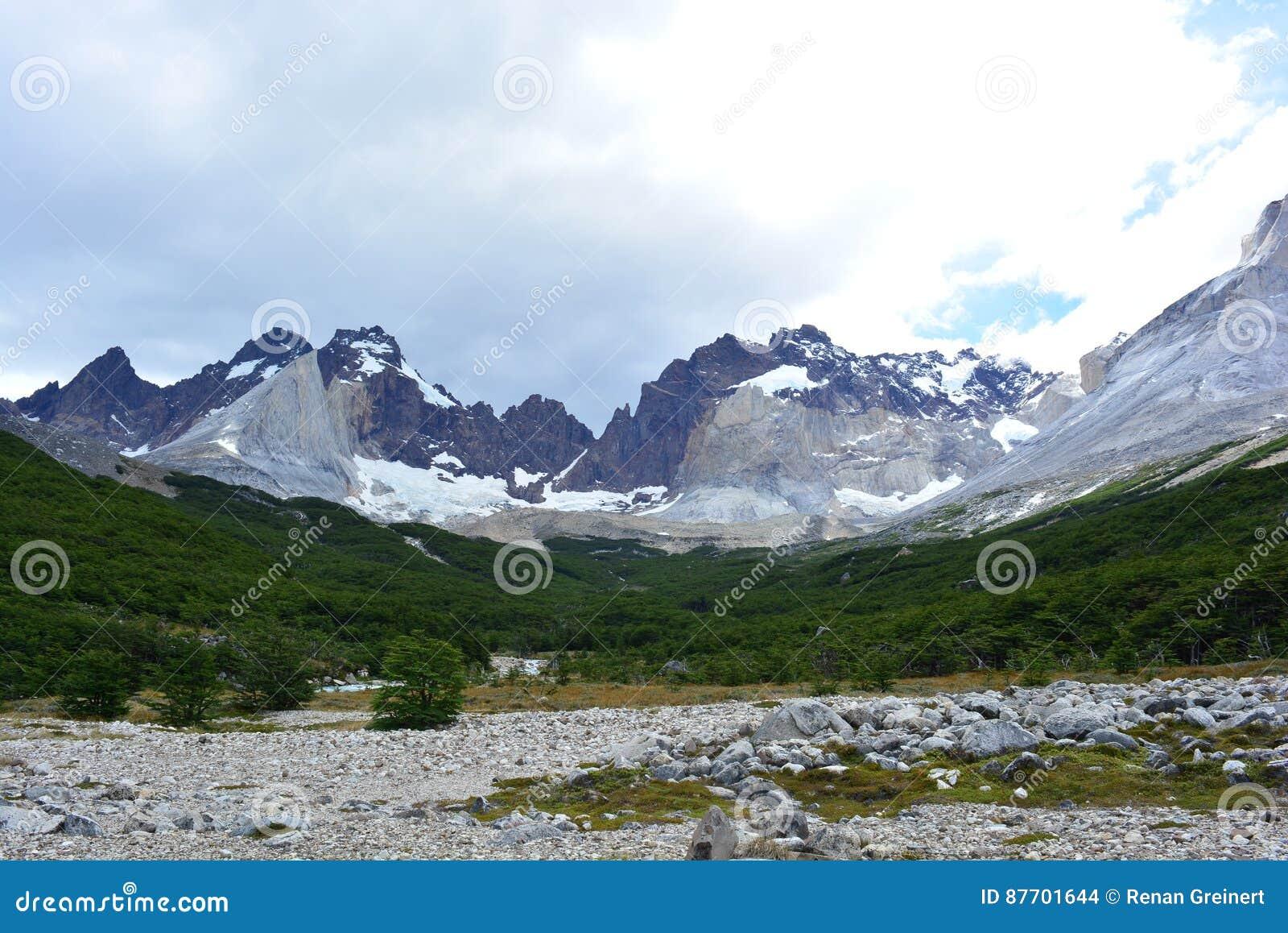 Crêtes de montagne en parc national de Torres del Paine, Chili