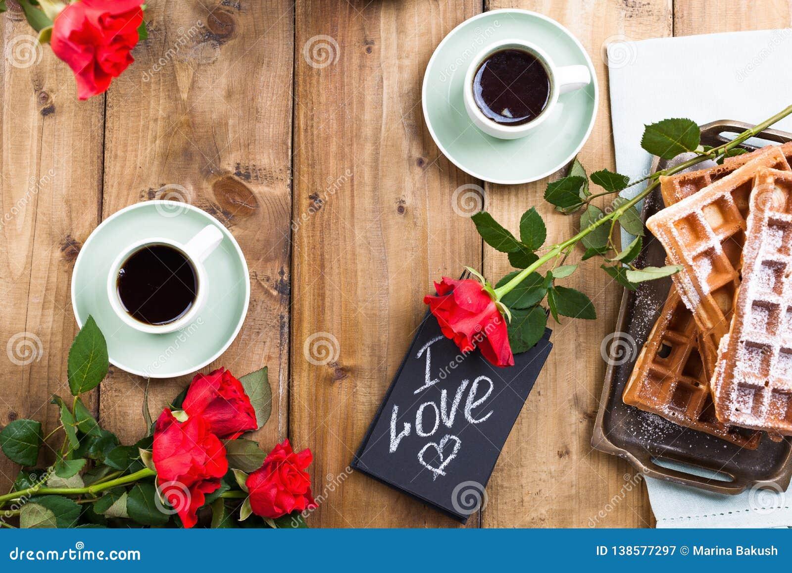 Cr?pes avec le caviar et le beurre, un bouquet des tulipes fra?ches et un fond en bois Nourriture russe traditionnelle pour le ca