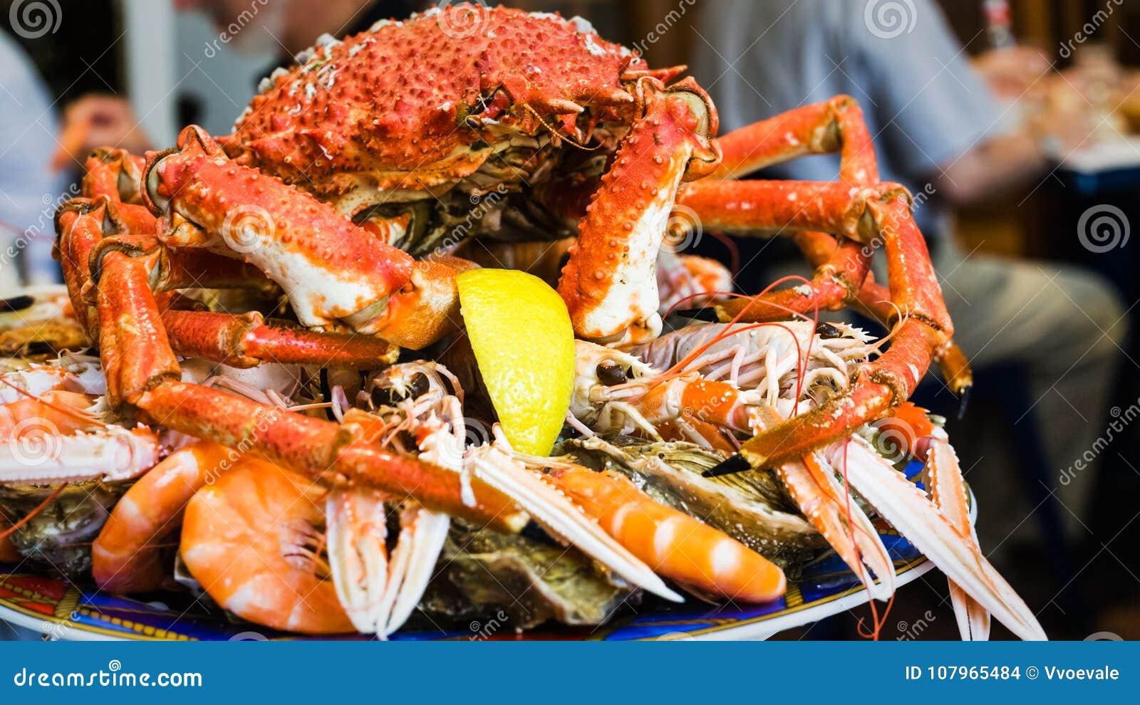 Crab на плите морепродуктов в местном ресторане рыб