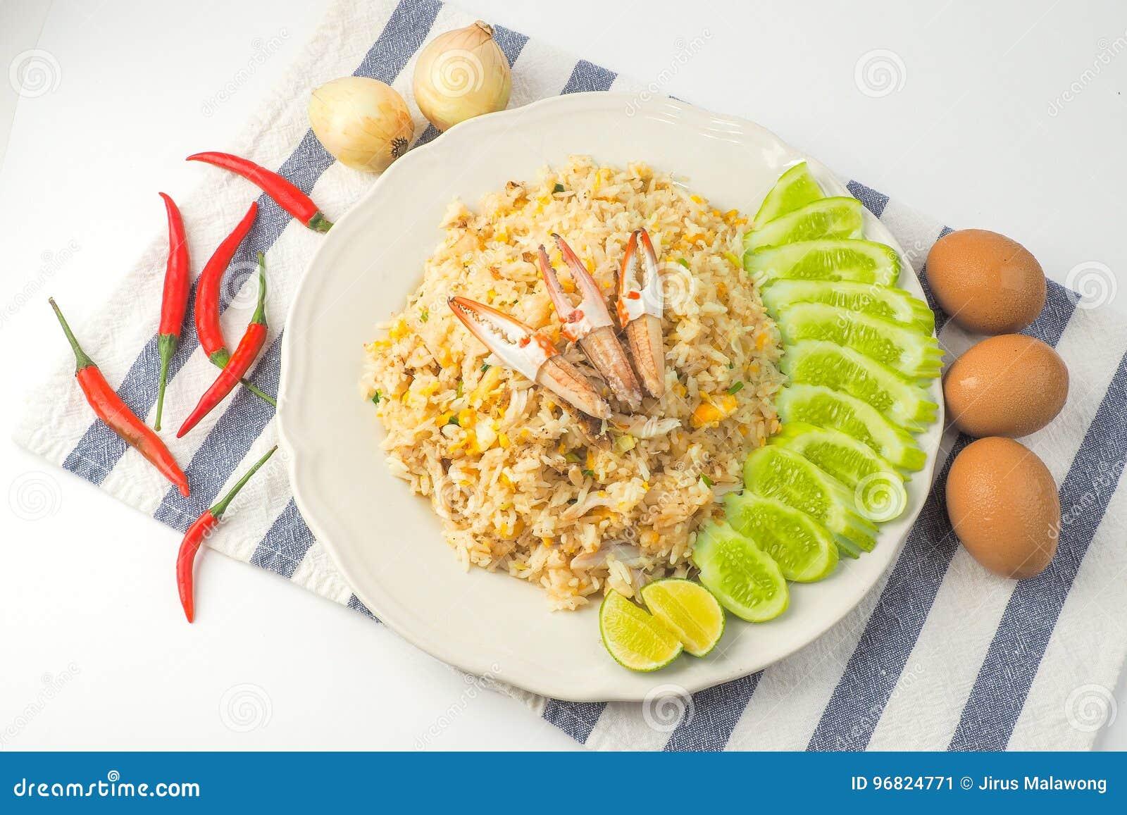 Crab o arroz fritado no fundo branco, alimento tailandês