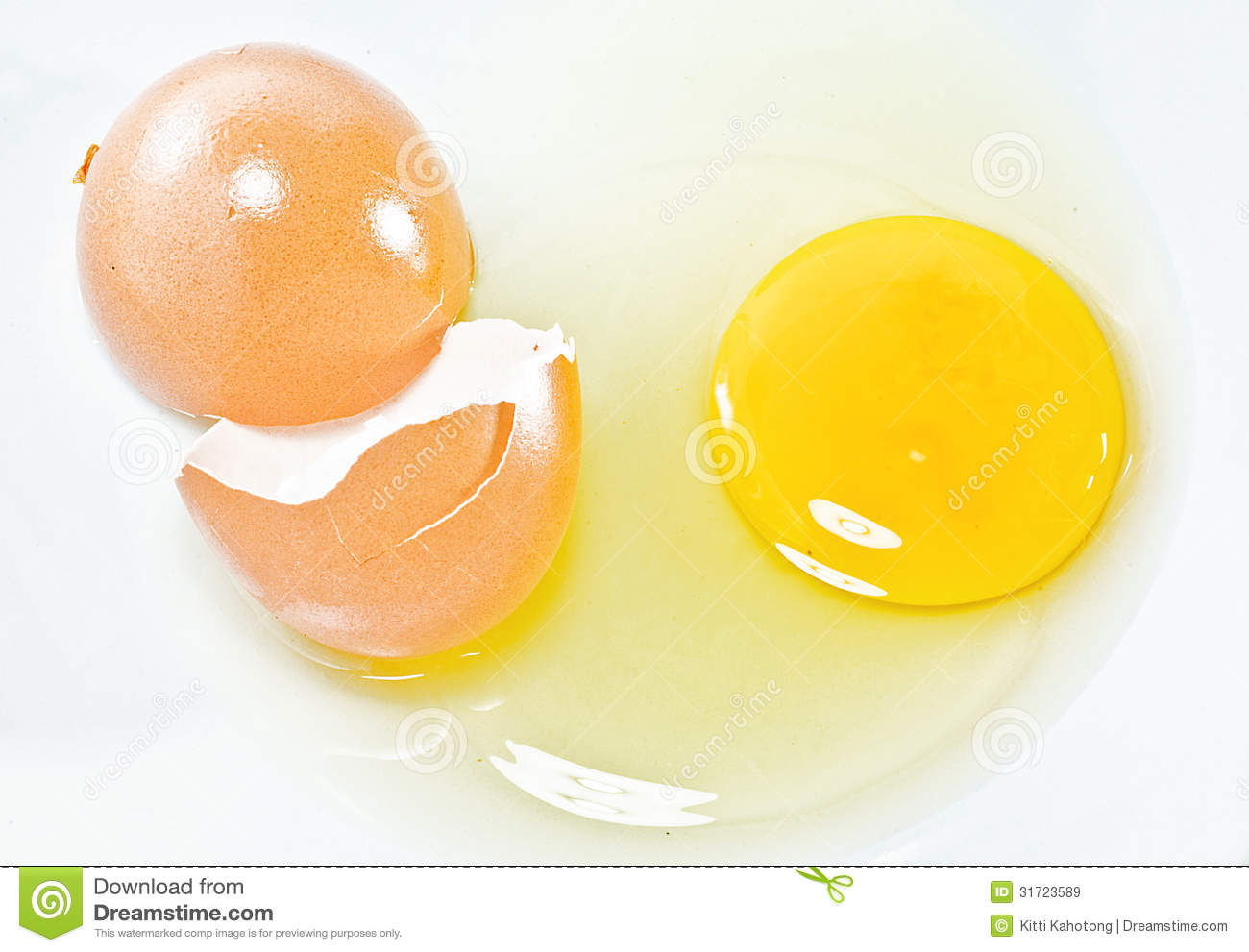 Cracked Eggs Royalty Free Stock Images - Image: 31723589