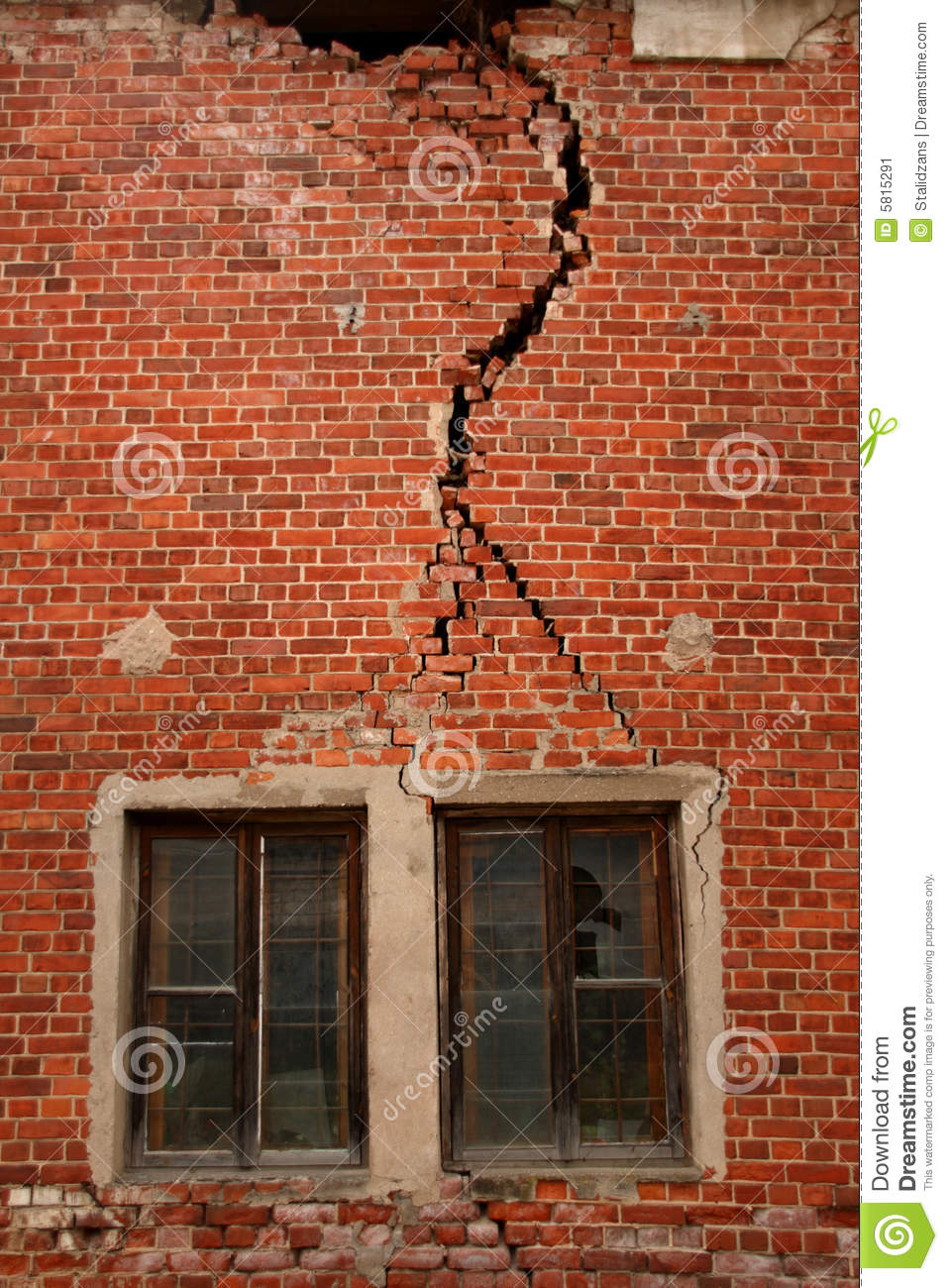 Cracked Wall On Old Building Stock Image Image Of Vertical Stress 5815291
