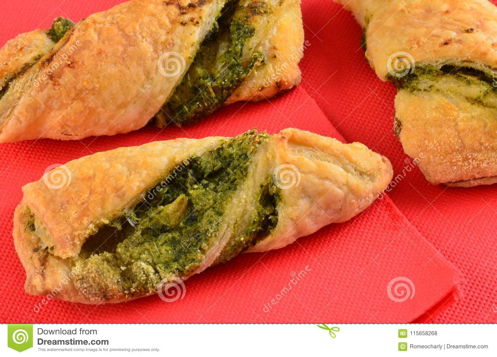 Cracker con l insalata di tonno sul piatto di legno