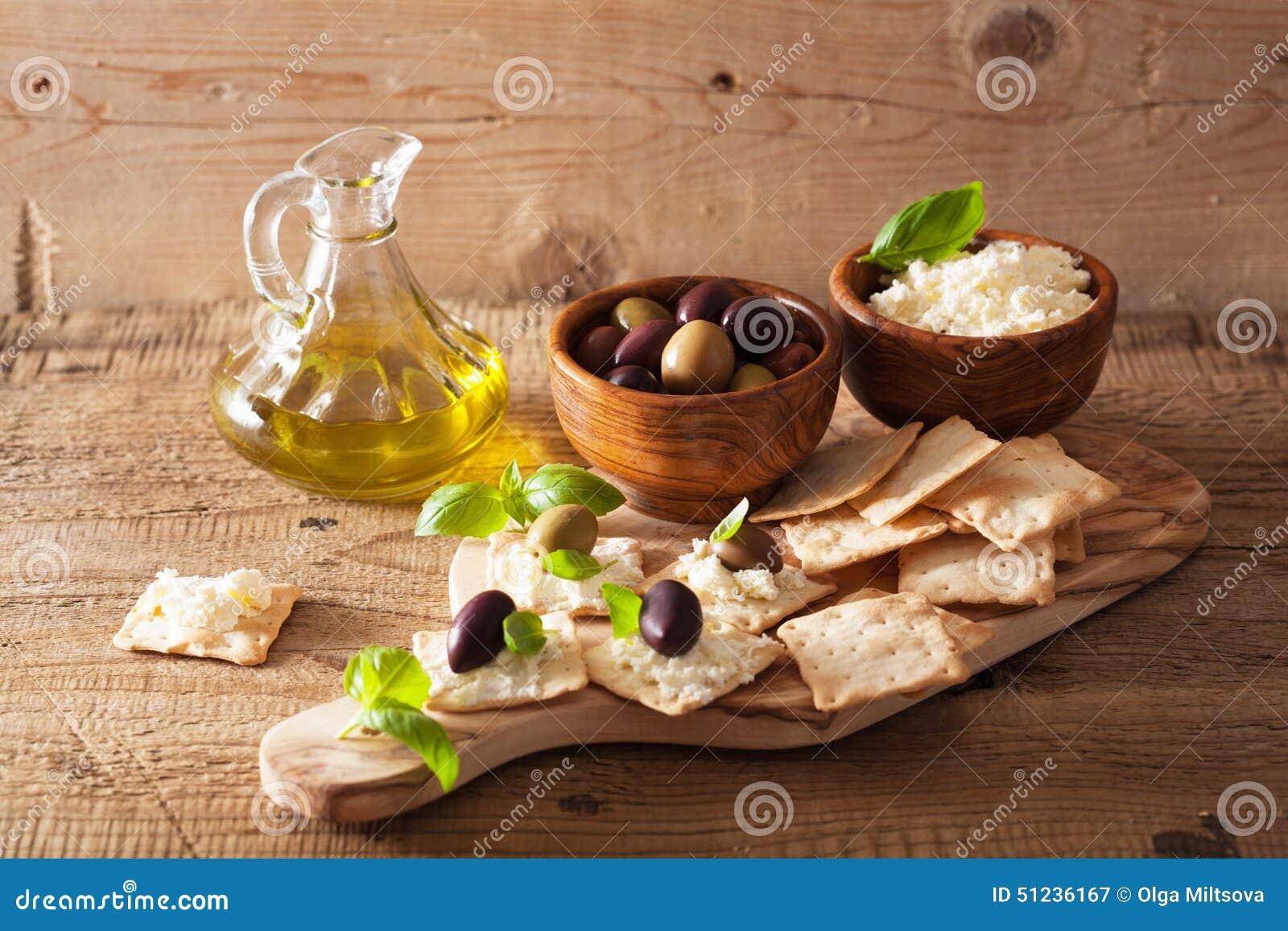 crackers met zachte kaas en olijven gezond voorgerecht stock
