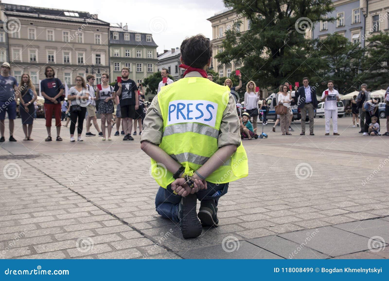Cracovie, Pologne, le 1er juin 2018, homme seul d A dans le gilet a de presse