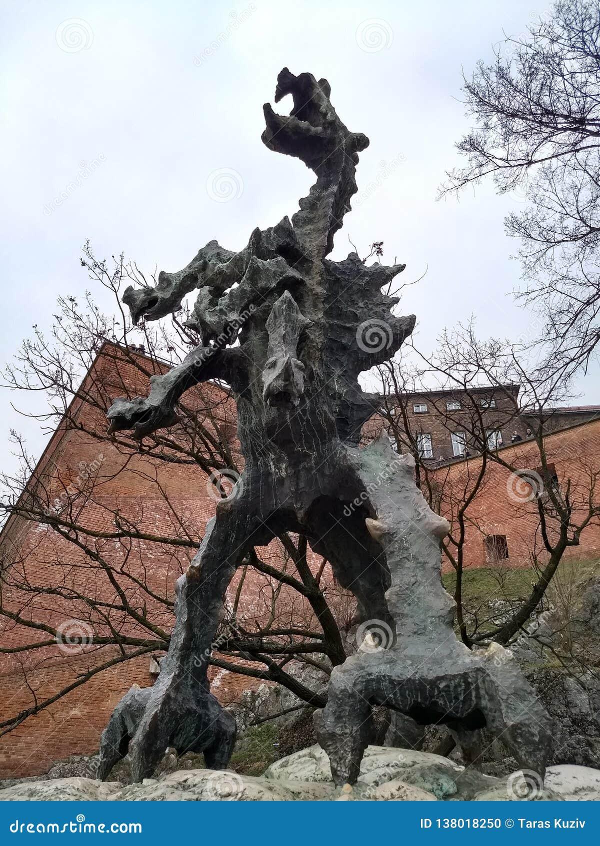 Cracovie/Pologne - 23 mars 2018 : Sculpture d un dragon exhalant le feu toutes les 3-4 minutes
