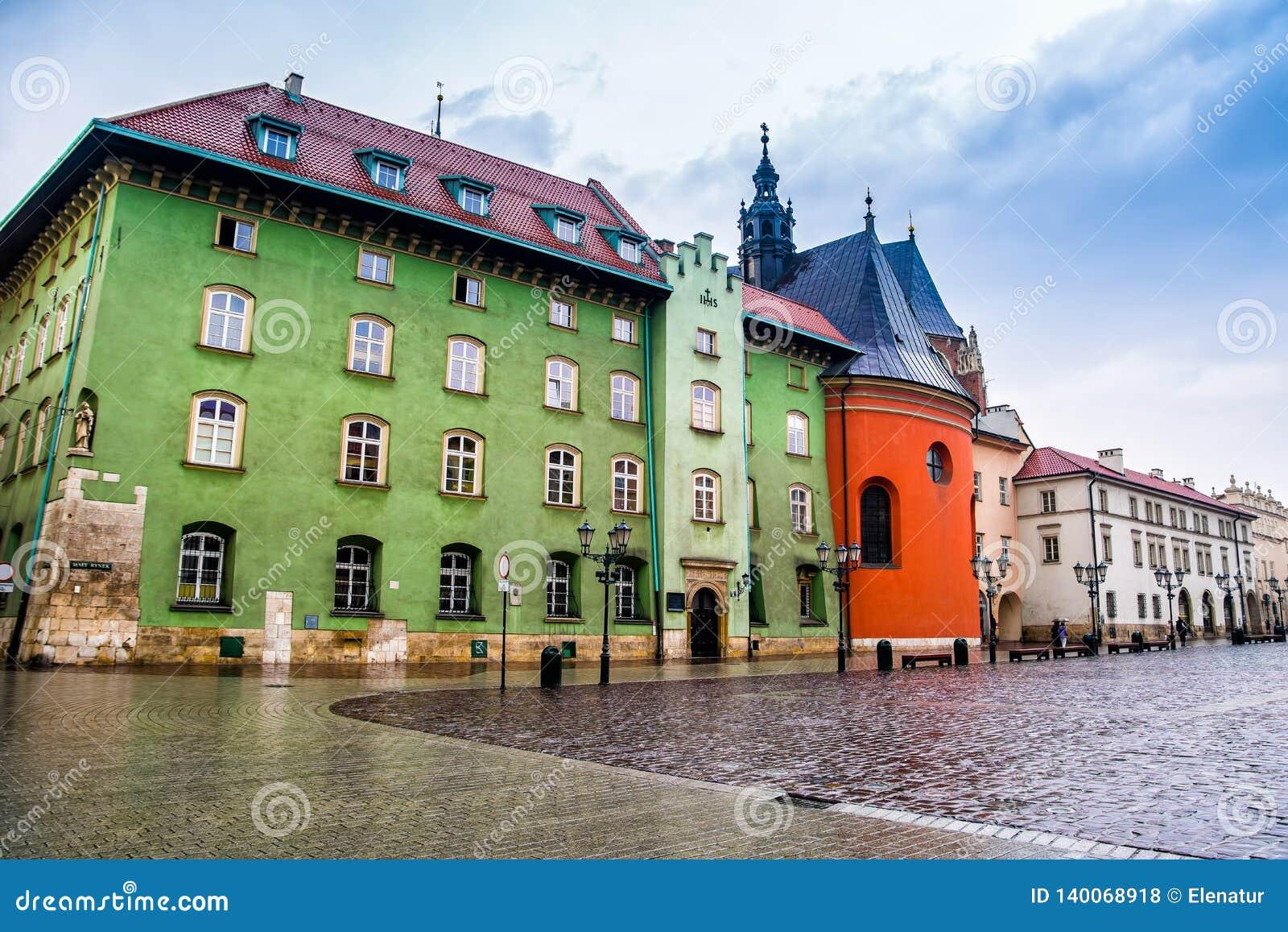 Cracow Krakow, Polen - April 12, 2016 Den regniga dagen i den gamla staden Krakow Krakow - Polen historisk mitt, en stad med forn