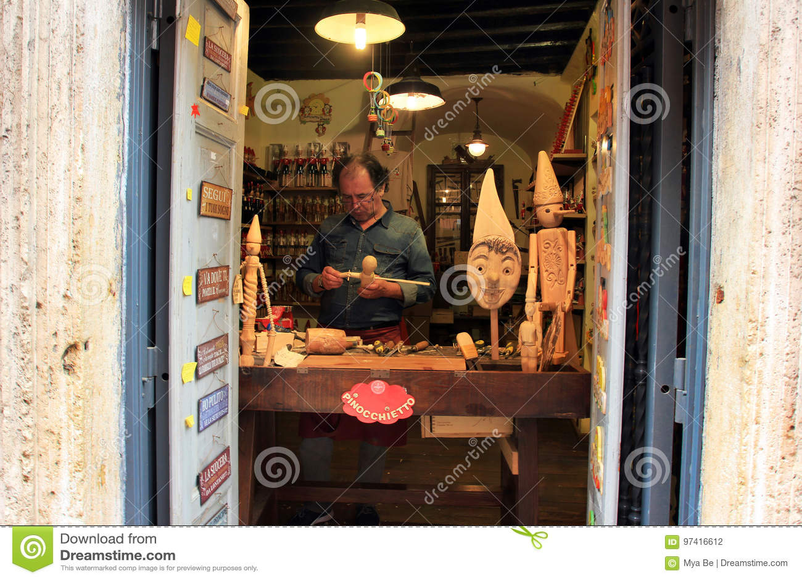 Crafman faisant le pinocchio Rome, Italie
