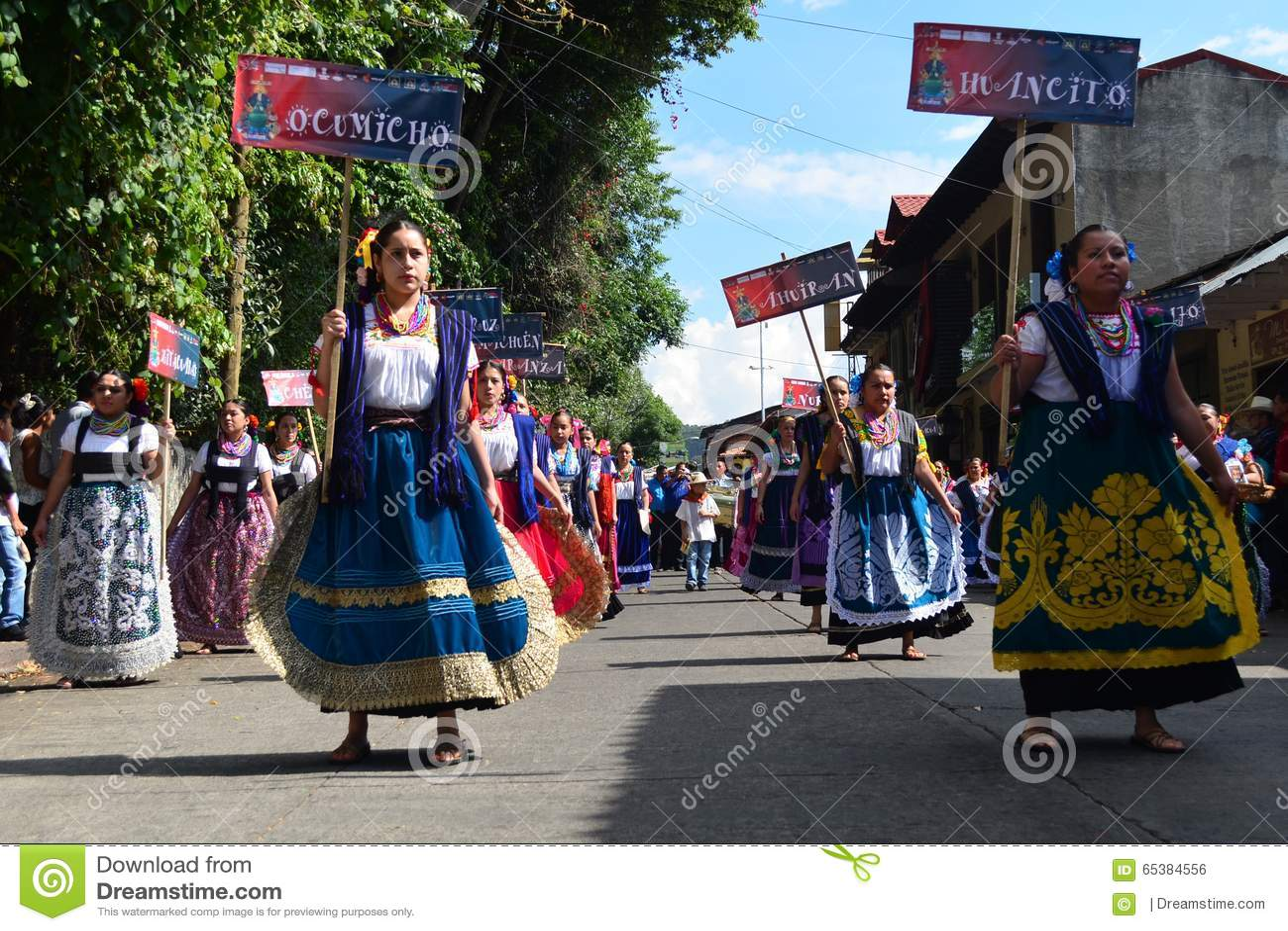 Craftswomen messicani che si radunare in Uruapan