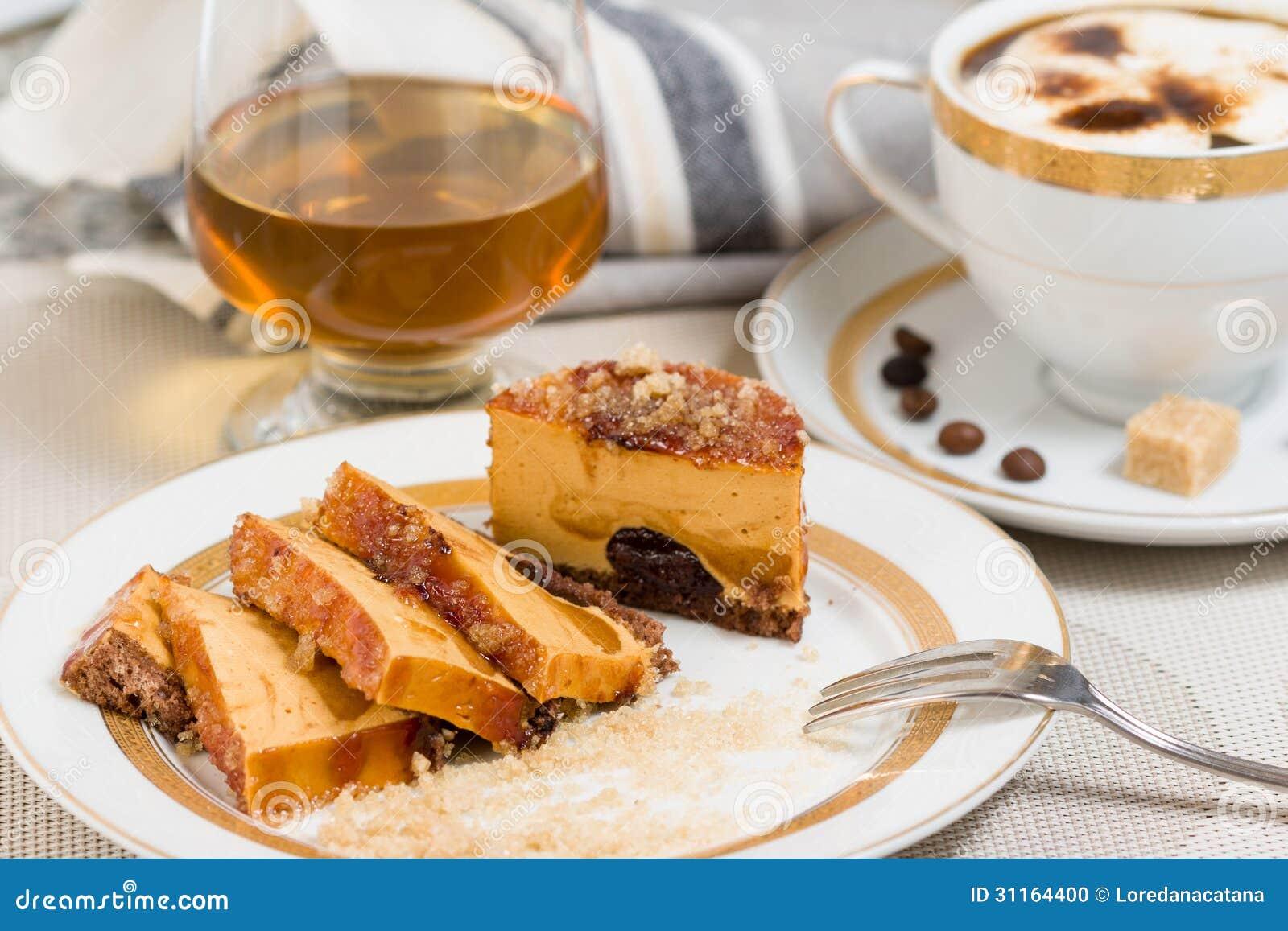 cramel kuchen f llte mit schokolade weinbrand und kaffee auf hintergrund stockfoto bild 31164400. Black Bedroom Furniture Sets. Home Design Ideas