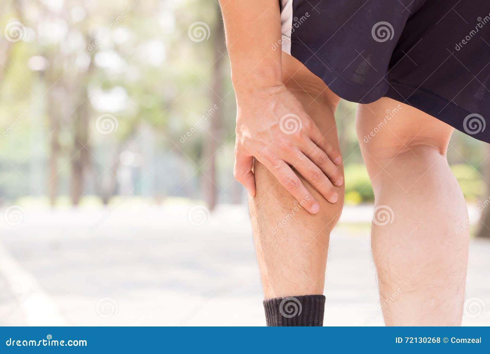 Crampe dans la jambe tout en s exerçant Concept de blessure de sports