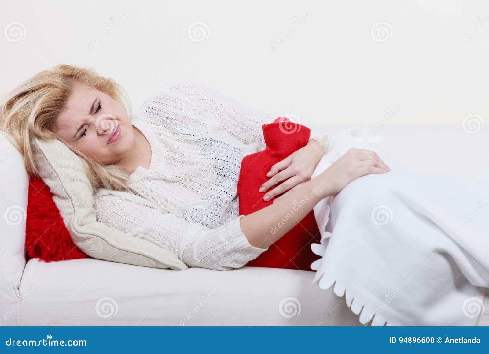 Crampes D'estomac De Sentiment De Femme Se Trouvant Sur Le Cofa ...