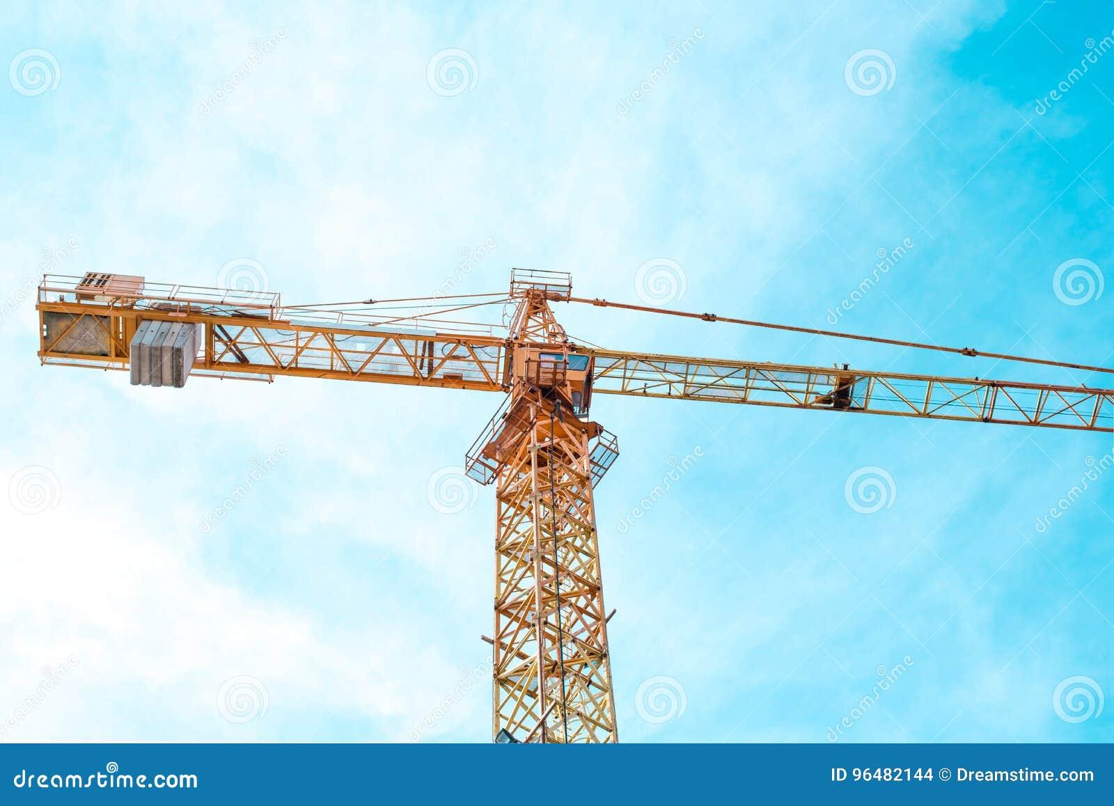 Cran e cielo blu della costruzione nel giorno soleggiato