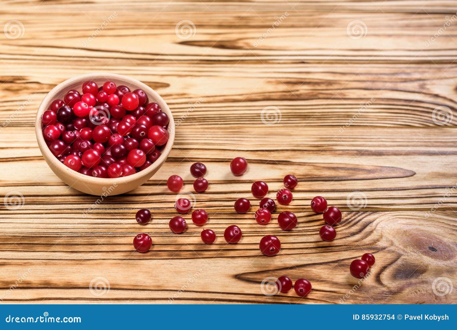 Cranberry Tranbär på träbakgrund för glay platta