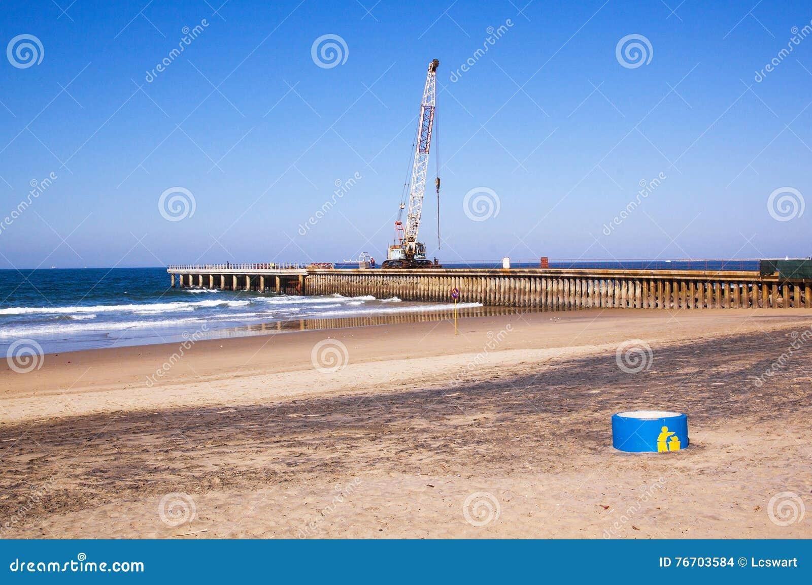 Crane Working på konstruktion av pir på den Durban strandframdelen