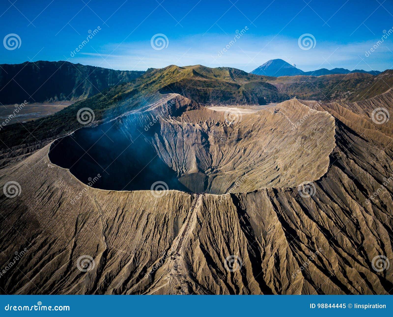 Cratère de volcan actif de Bromo de montagne dans Jawa est, Indonésie Vue supérieure de mouche de bourdon
