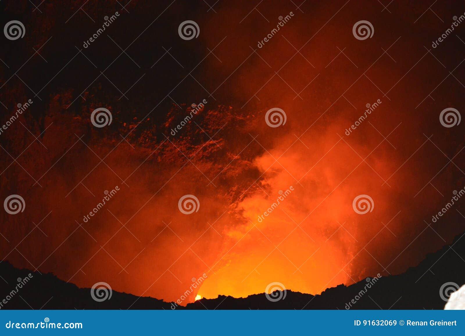 Cratère du volcan de Masaya avec de la lave à l intérieur, au Nicaragua