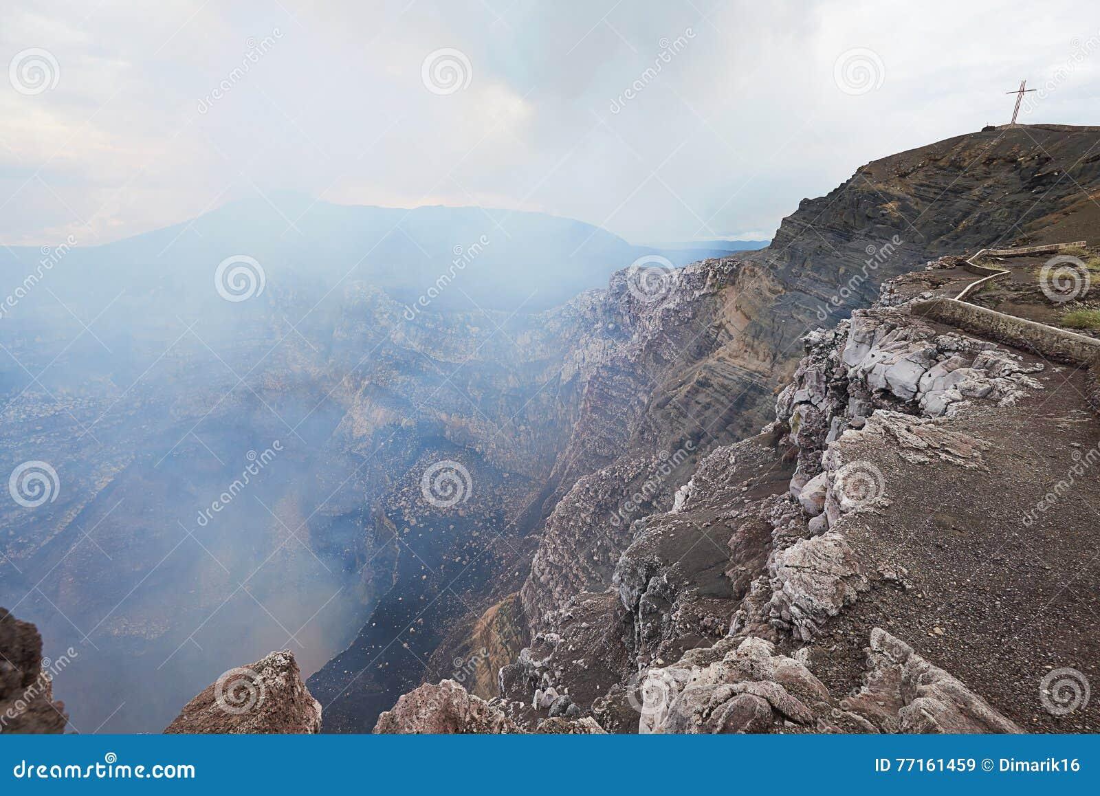 Cratère profond de volcan