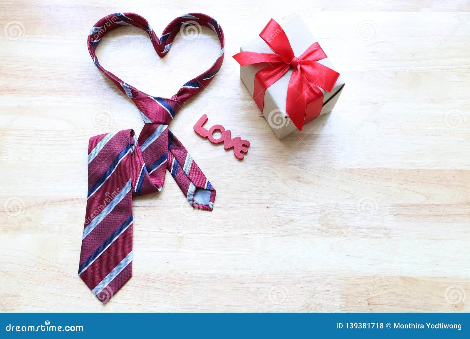 c6fc6840870d8 Cravate De Coeur Et Bo?te-cadeau Rouge Avec Le Ruban Rouge Et Coeur ...