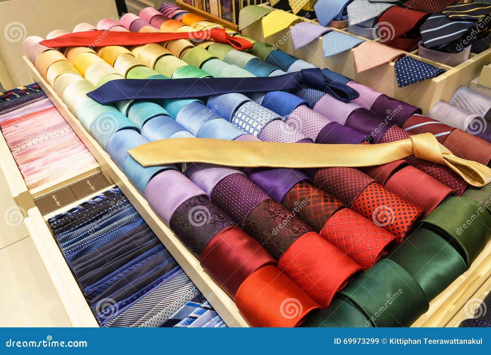 Cravatte di seta differenti sugli scaffali