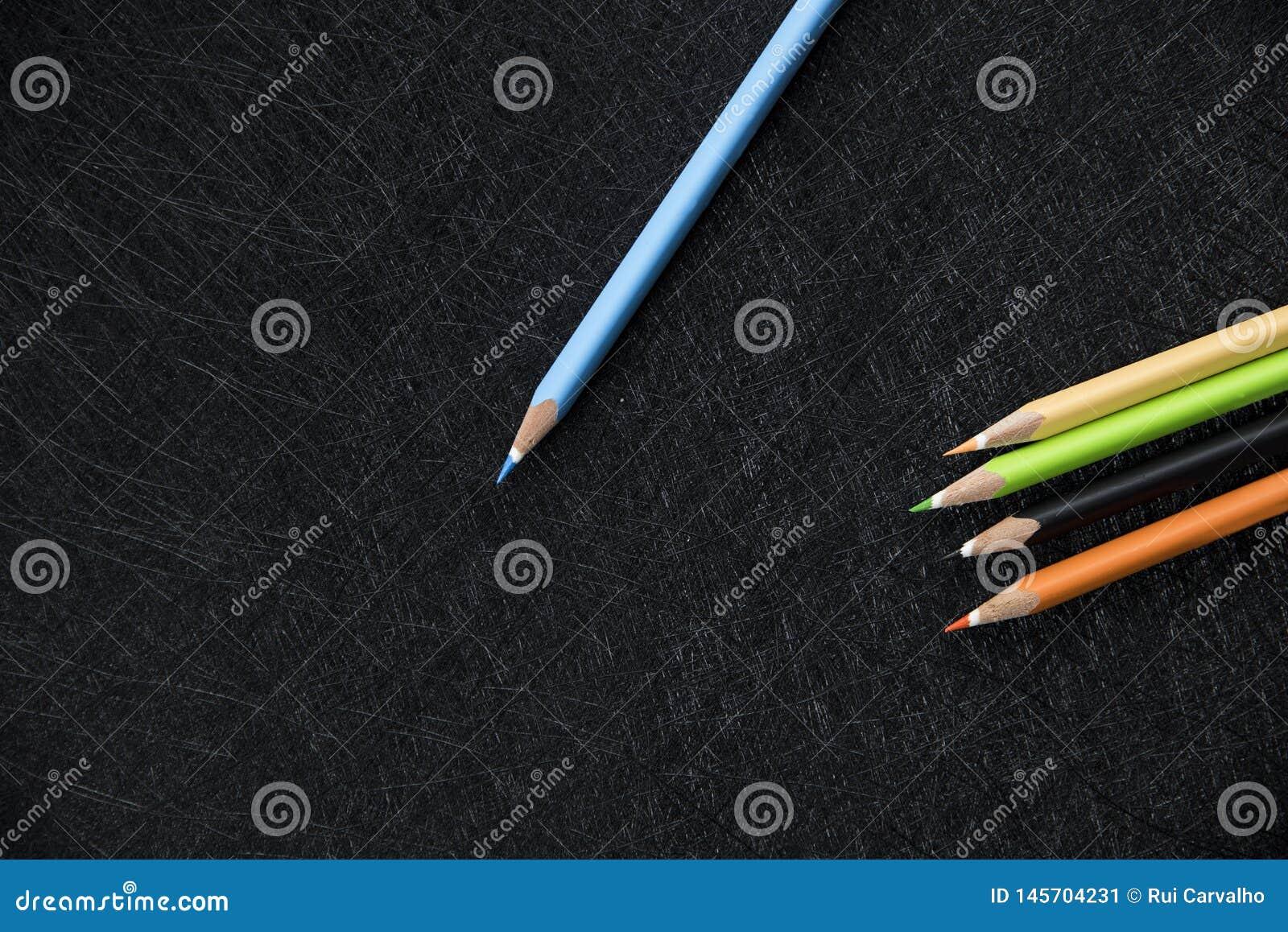 Crayon bleu de couleur sur le dessus et 4 crayons de couleur