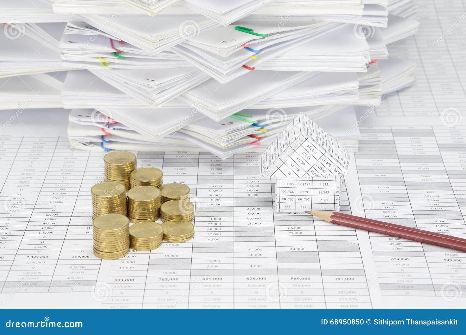 crayon et maison avec la pile d'étape des pièces d'or photo stock
