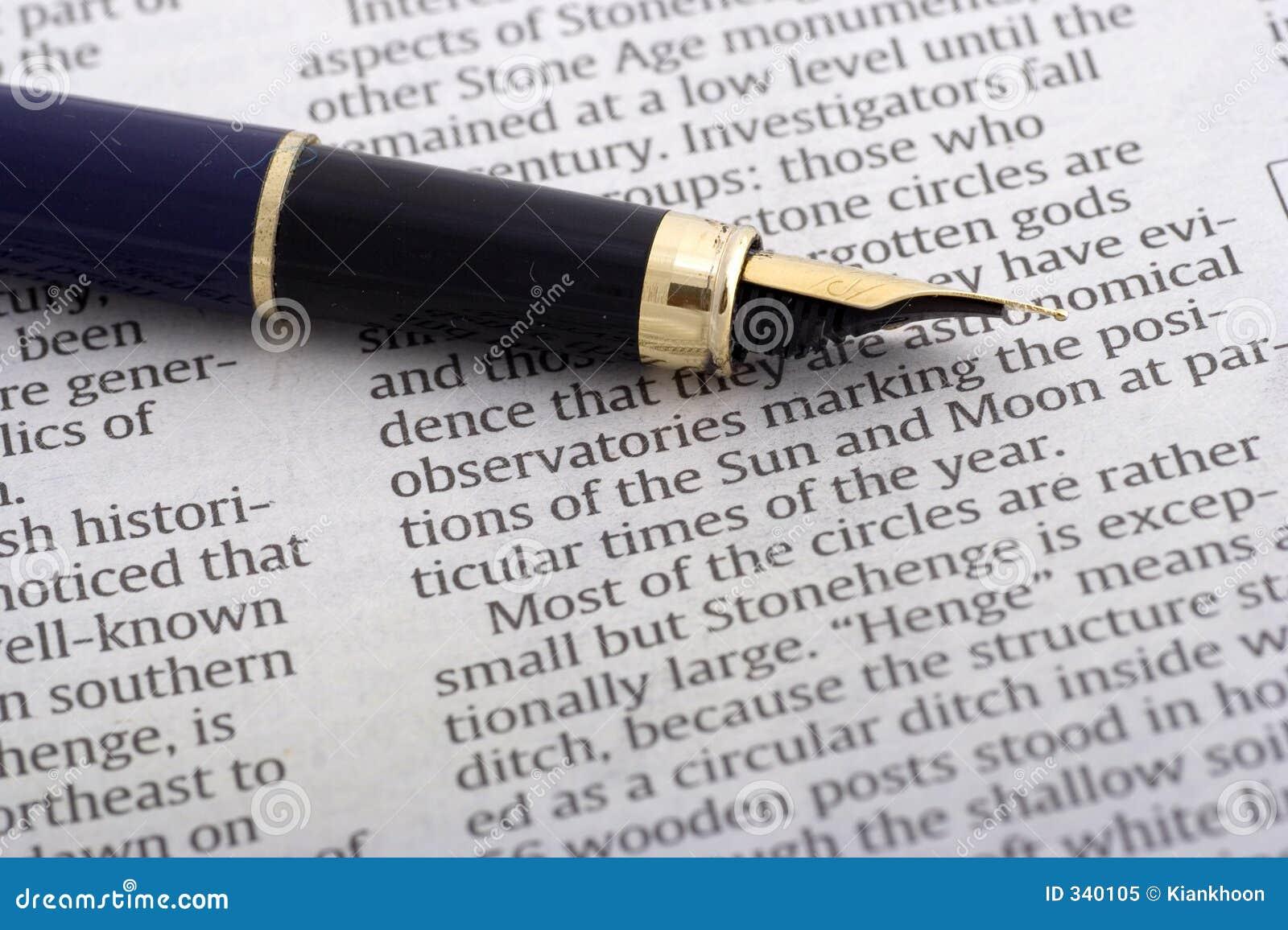 Crayon lecteur au-dessus de journal