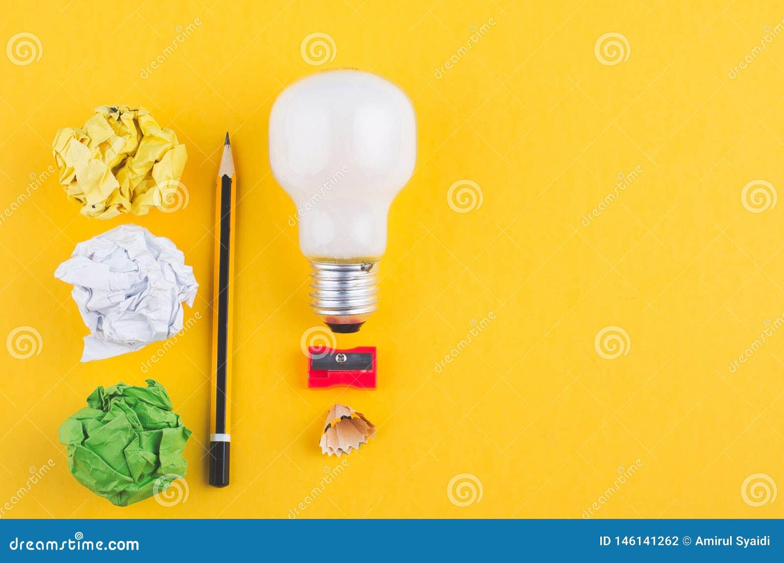Crayonnez, chiffonnez le papier et l ampoule au-dessus du fond jaune