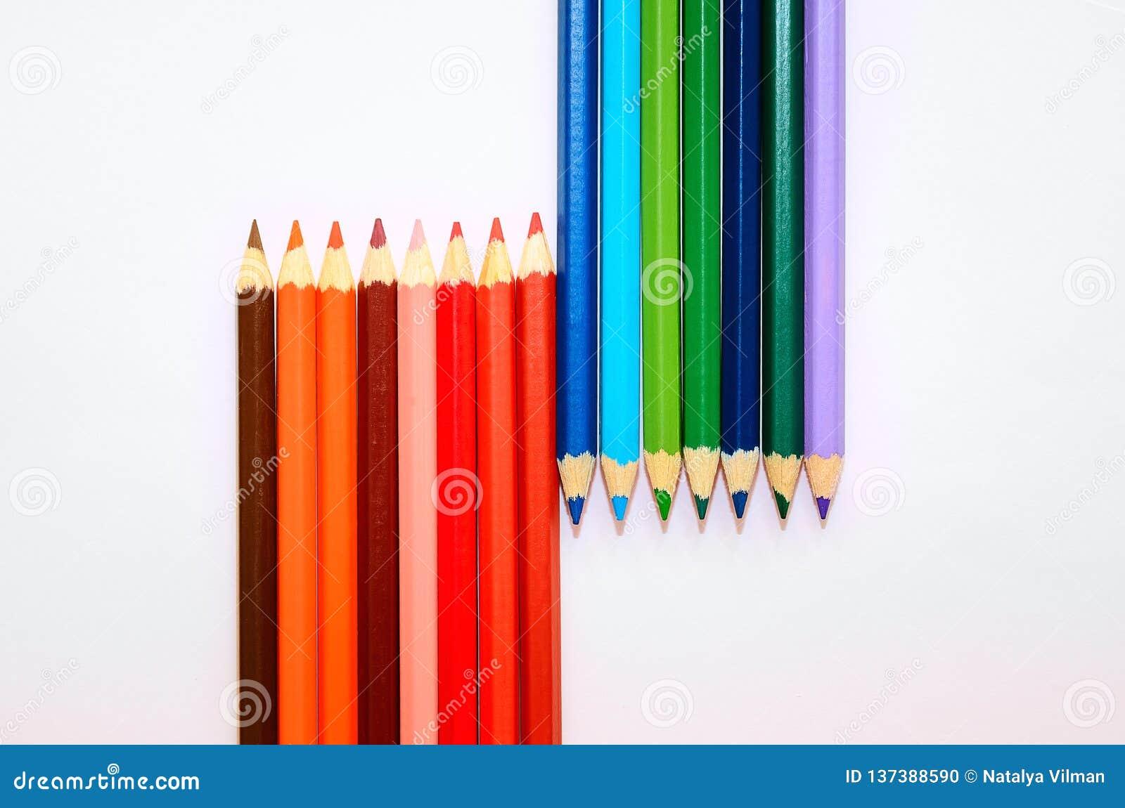Crayons Colorés Sur Le Fond Blanc Plan Rapproché Couleurs Froides Et ...