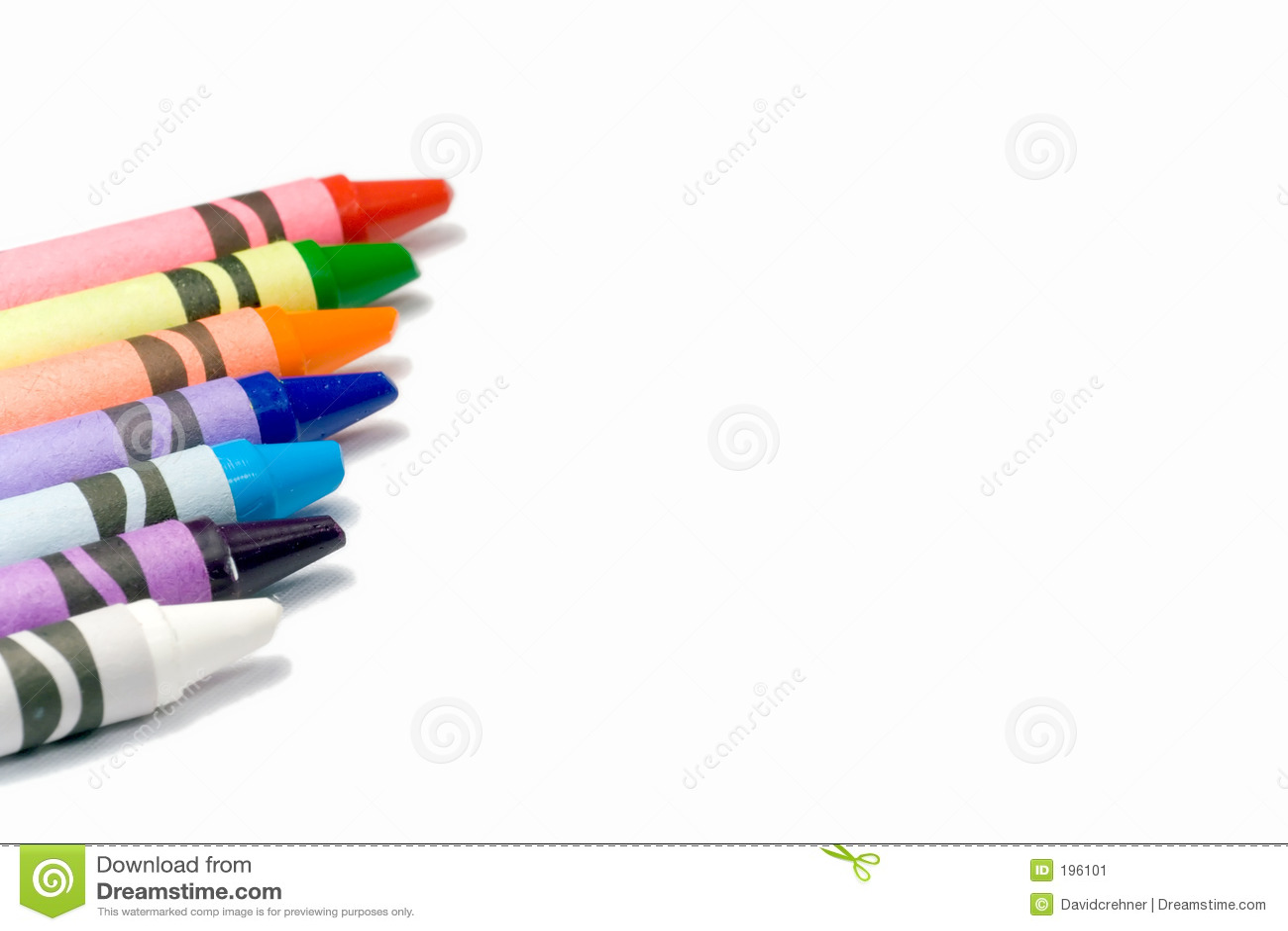 Crayons colorés sur un fond blanc avec l espace des textes