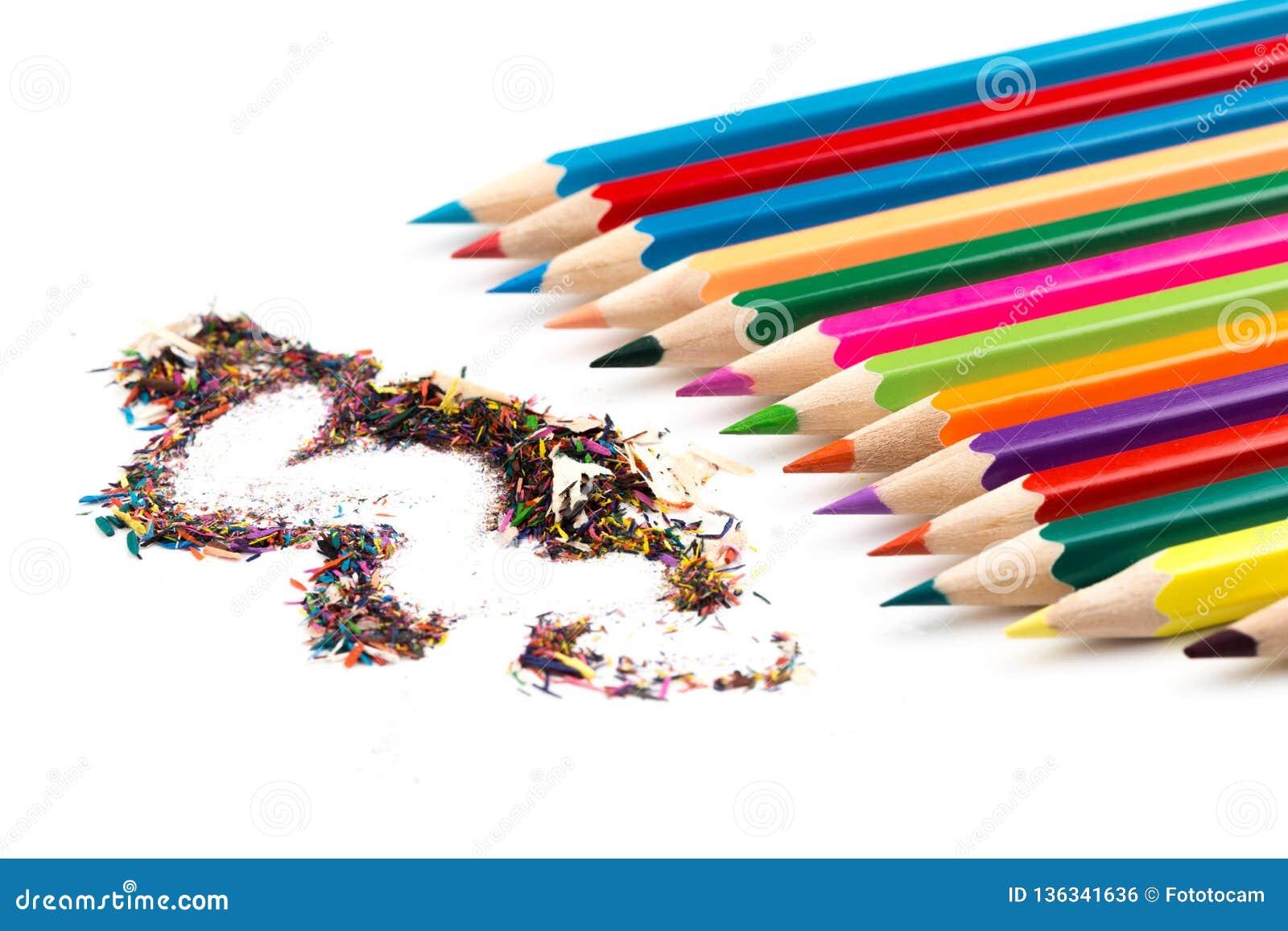 Crayons de couleur avec des copeaux d isolement sur le blanc