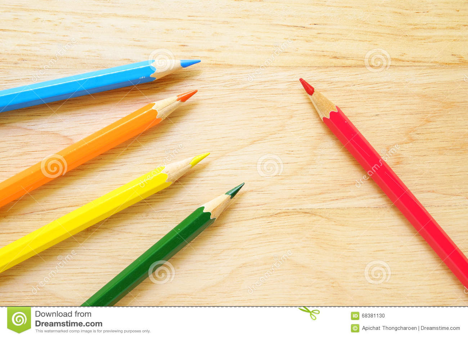 Crayons de couleur sur le fond en bois