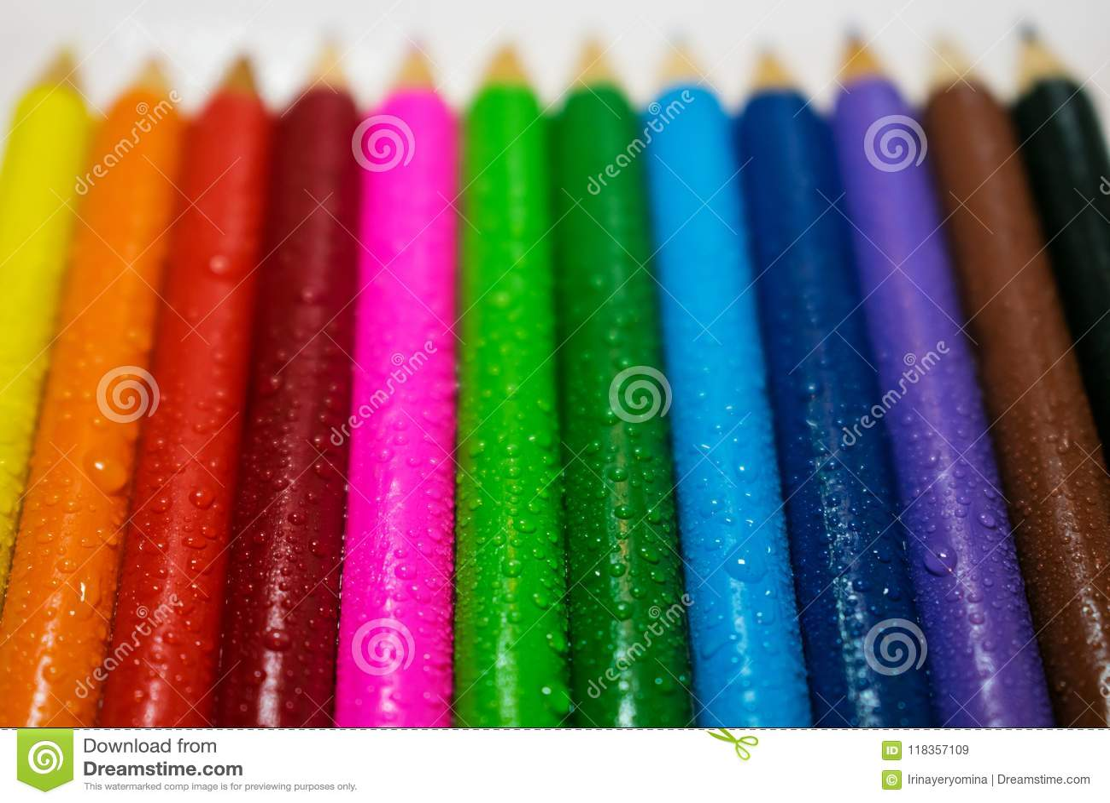Crayons en bois colorés avec des baisses de l eau Art, créativité et DR